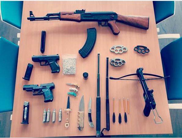 Een semi-automatisch geweer, een kruisboog, pistolen, een boksbeugel. Politie stuit op wapenarsenaal op slaapkamer van woning in Wieringerwerf