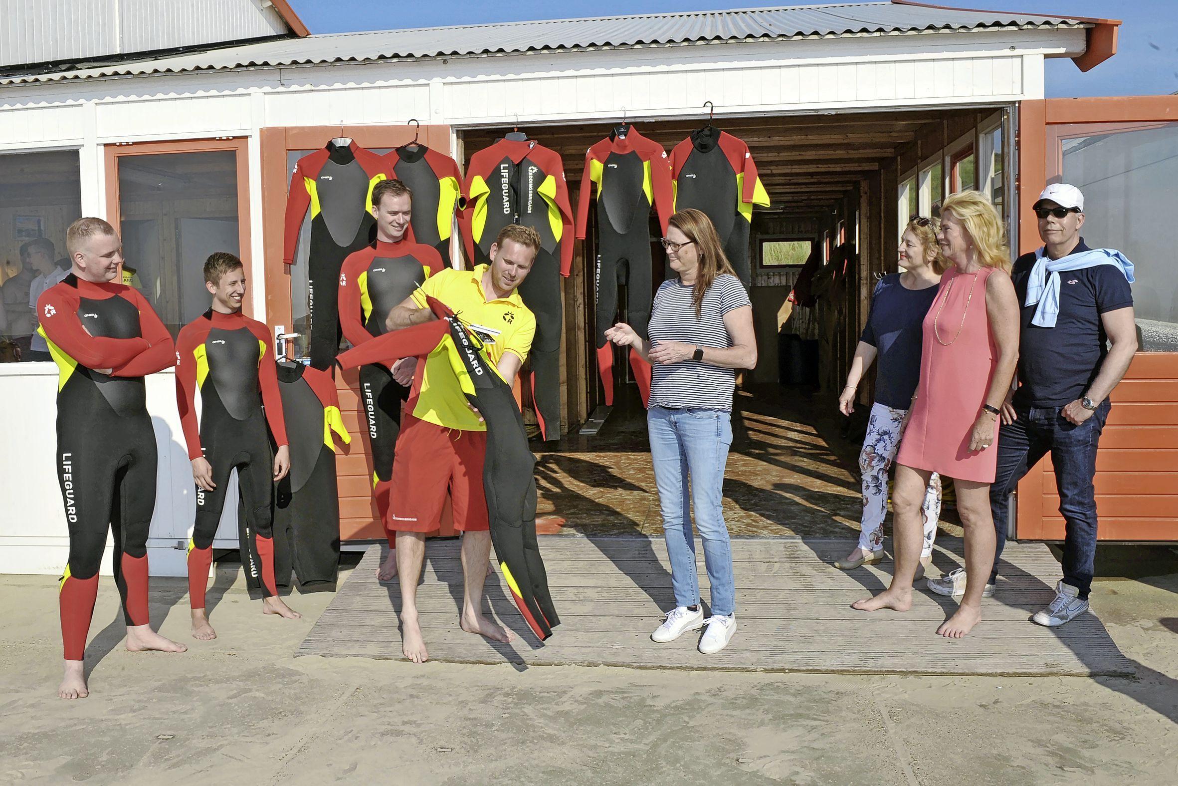 Reddingsbrigade Wijk aan Zee in nieuwe wetsuits dankzijn Rotary Beverwijk