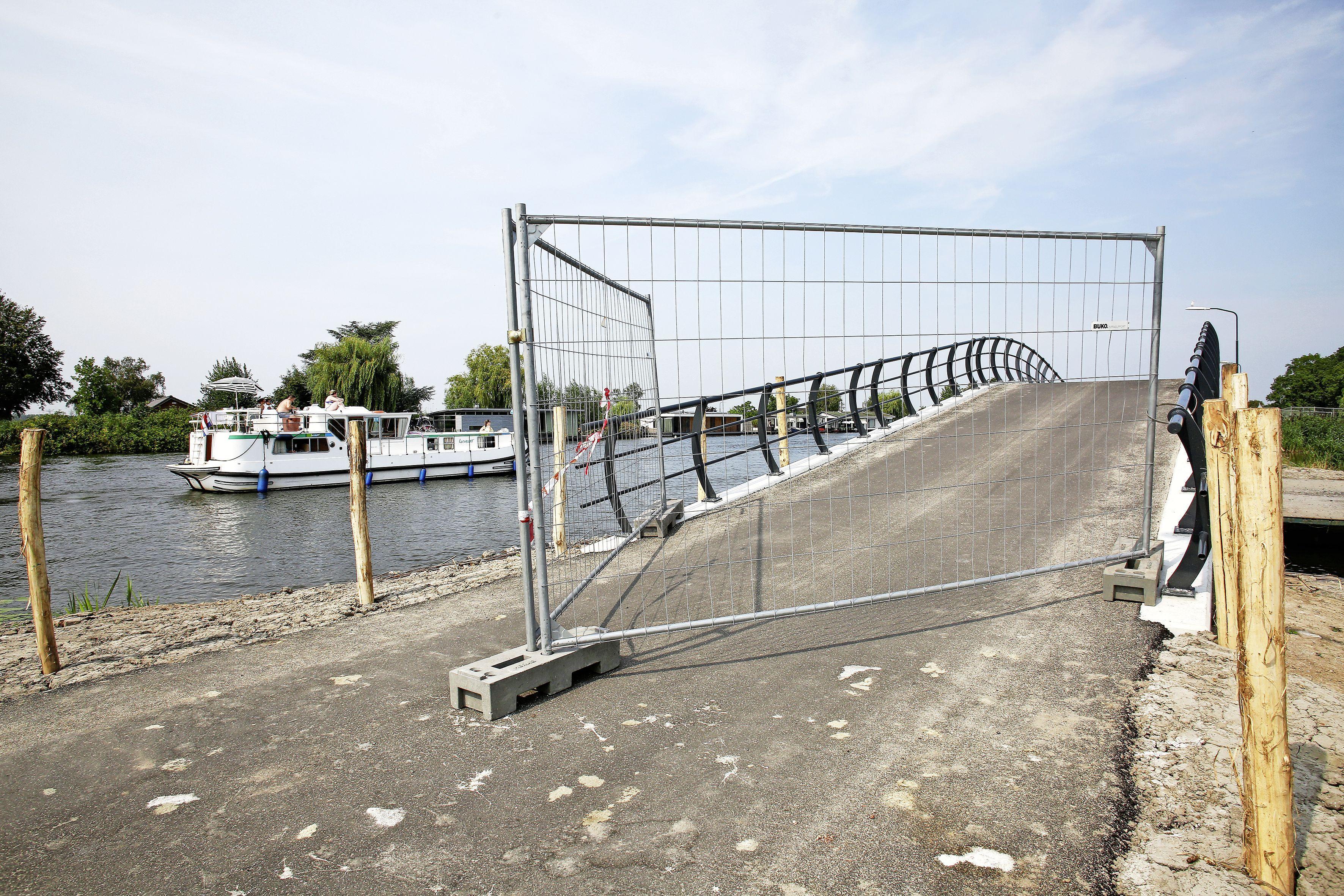 Verkeer over Bergseweg in Vreeland nog steeds onmogelijk; Stichtse Vecht en projectontwikkelaar steggelen over steile boogbrug: 'Gemeente wil dat er een nieuwe brug komt, maar zo werkt het niet'