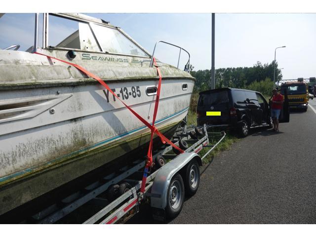 Busje met boot geschaard op de A7 in Oudendijk