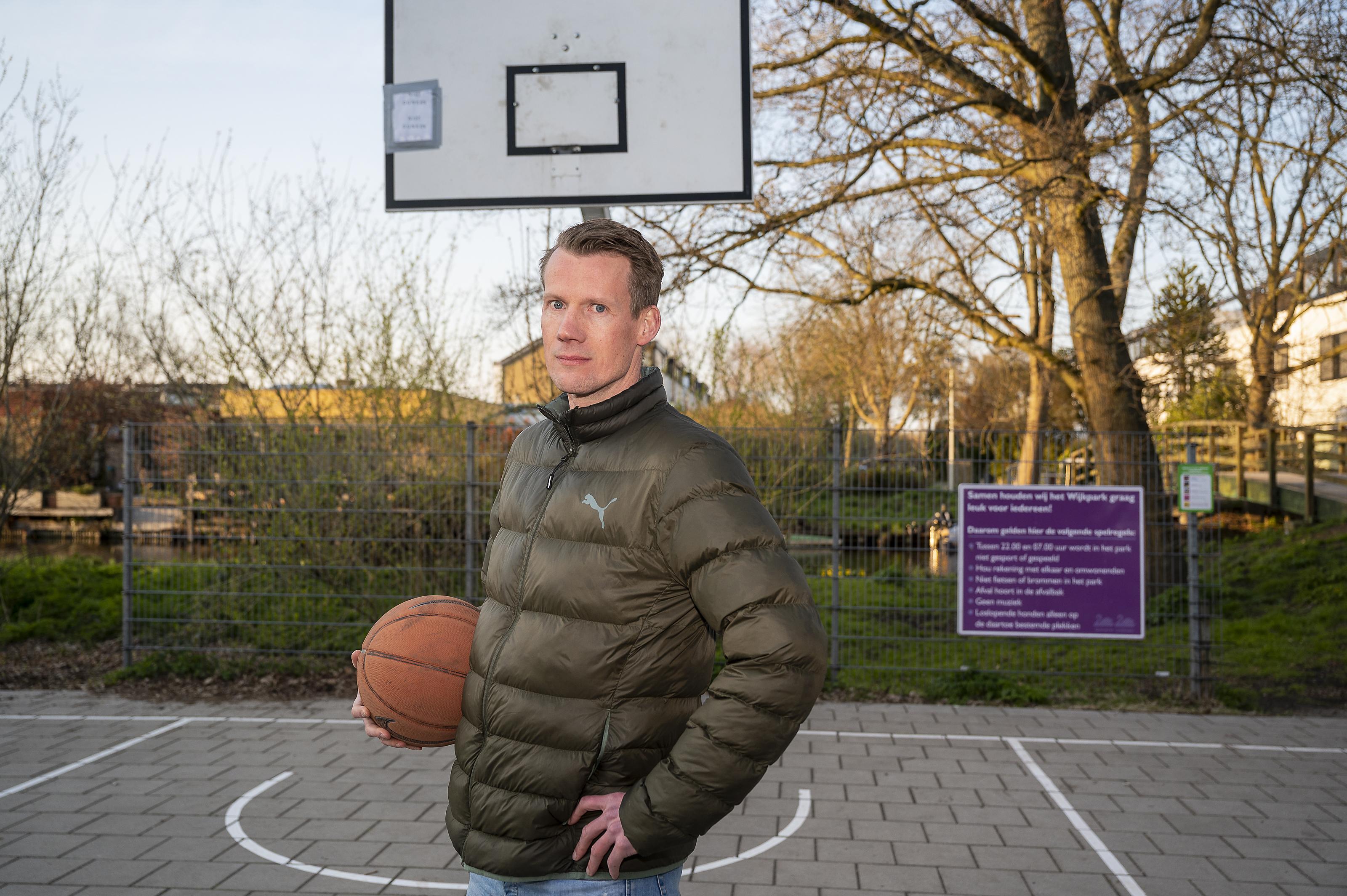 Basketbalclub Landslake Lions kan door vermiste baskets niet trainen in het Wijkpark in Landsmeer, discussie over overlast loopt hoog op: 'Gestuiter van de bal hoort bij een basketbalveld'