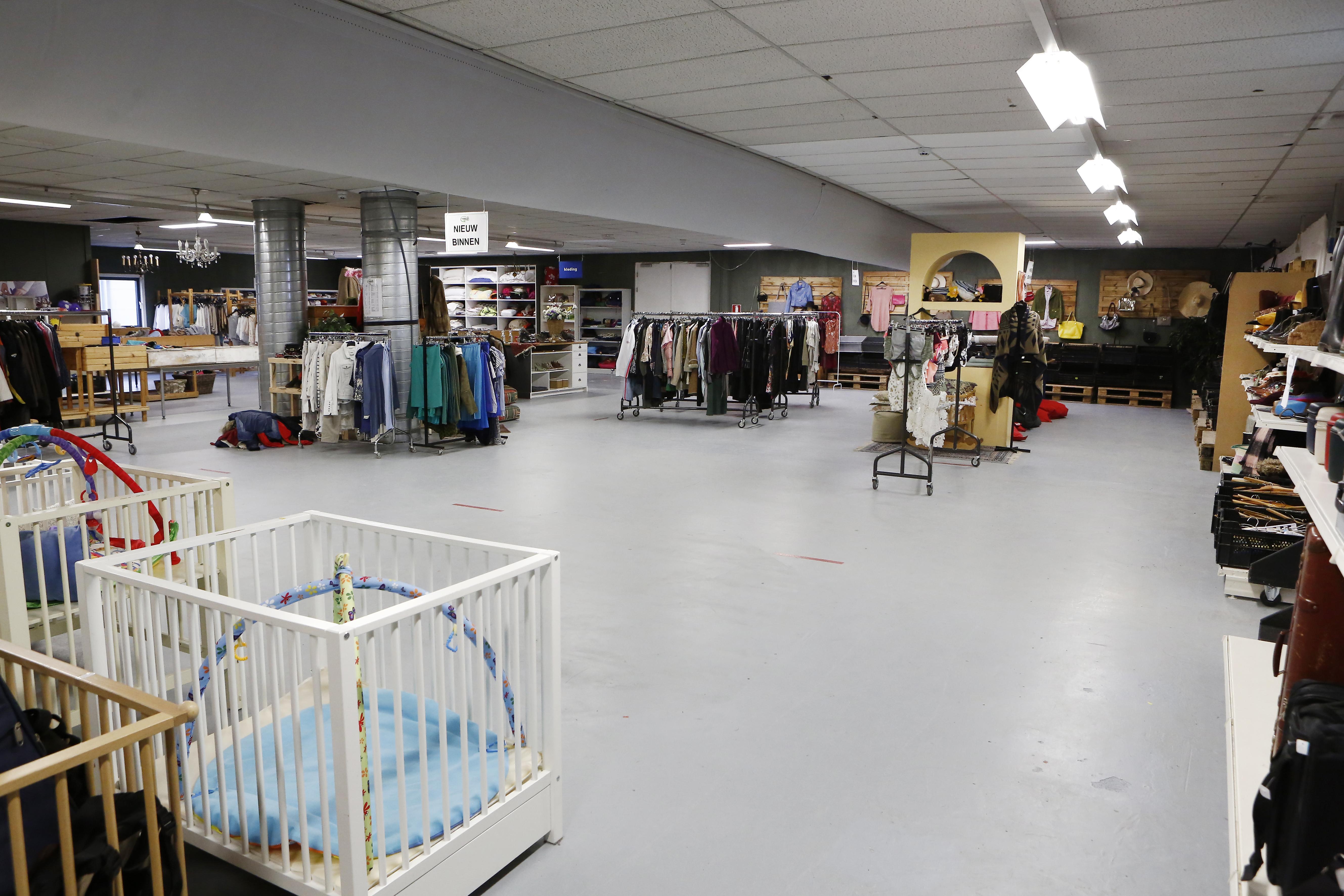 Kringloopwinkels in Naarden, Weesp en Eemnes verontwaardigd over suggestie van overvolle magazijns. 'We hebben ruimte zat. Kom maar op met die spullen!'