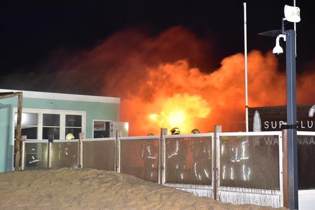 Uitslaande brand bij surfclub op Wassenaarse Slag [video]