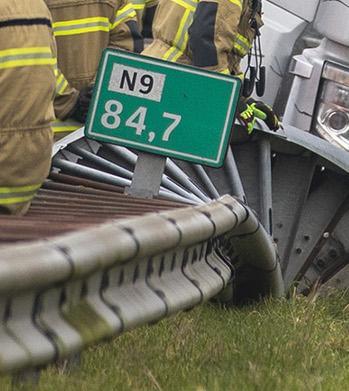 Precies op die fatale plek langs de N9 was negen uur eerder ook een ongeluk gebeurd. De vrachtwagen reed daar langs, op weg naar een klus. Op de terugweg kreeg-ie een klapband, met vreselijke gevolgen. Toeval?