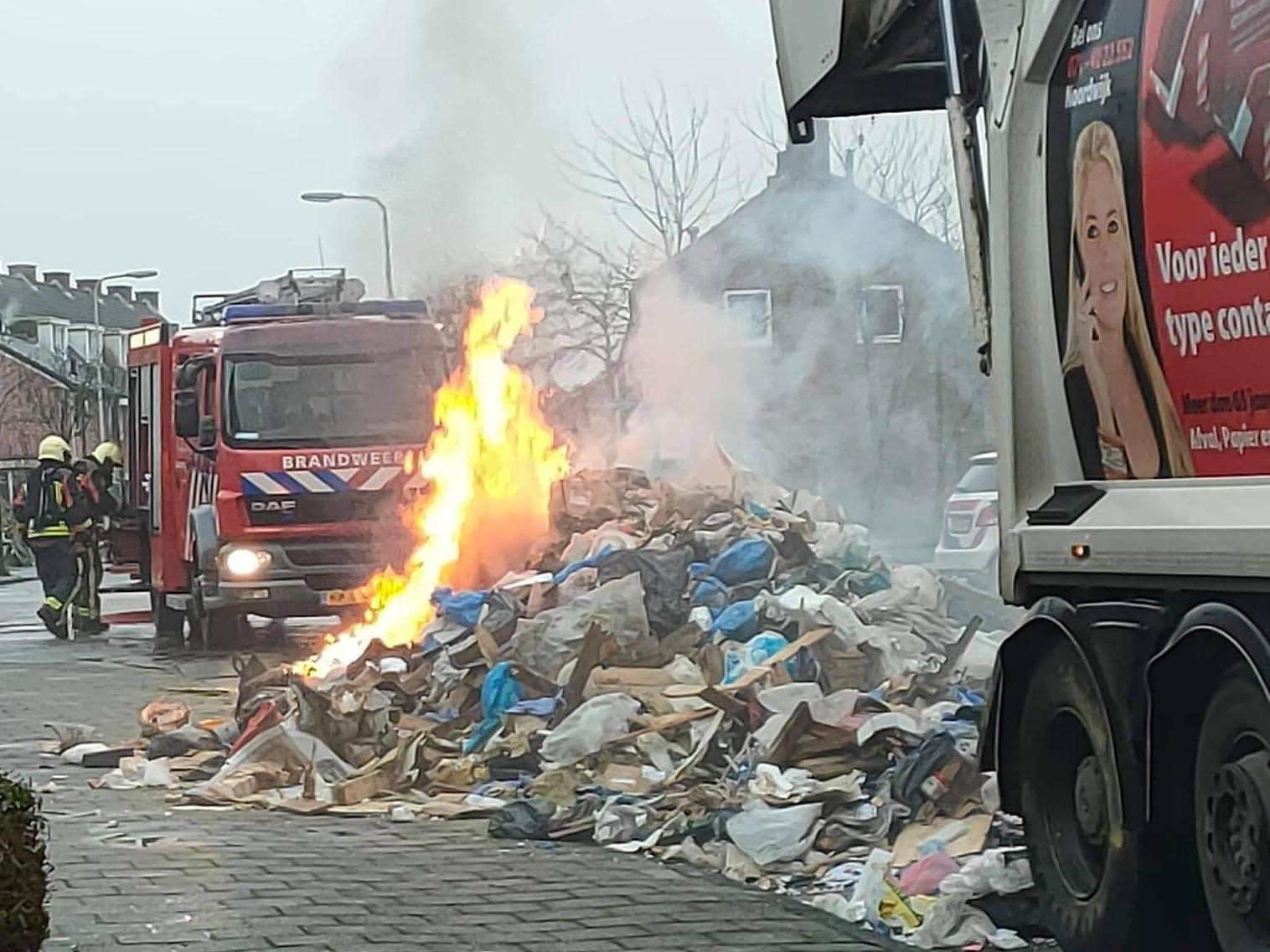 Afval op straat wegens brand in vuilniswagen in Noordwijk