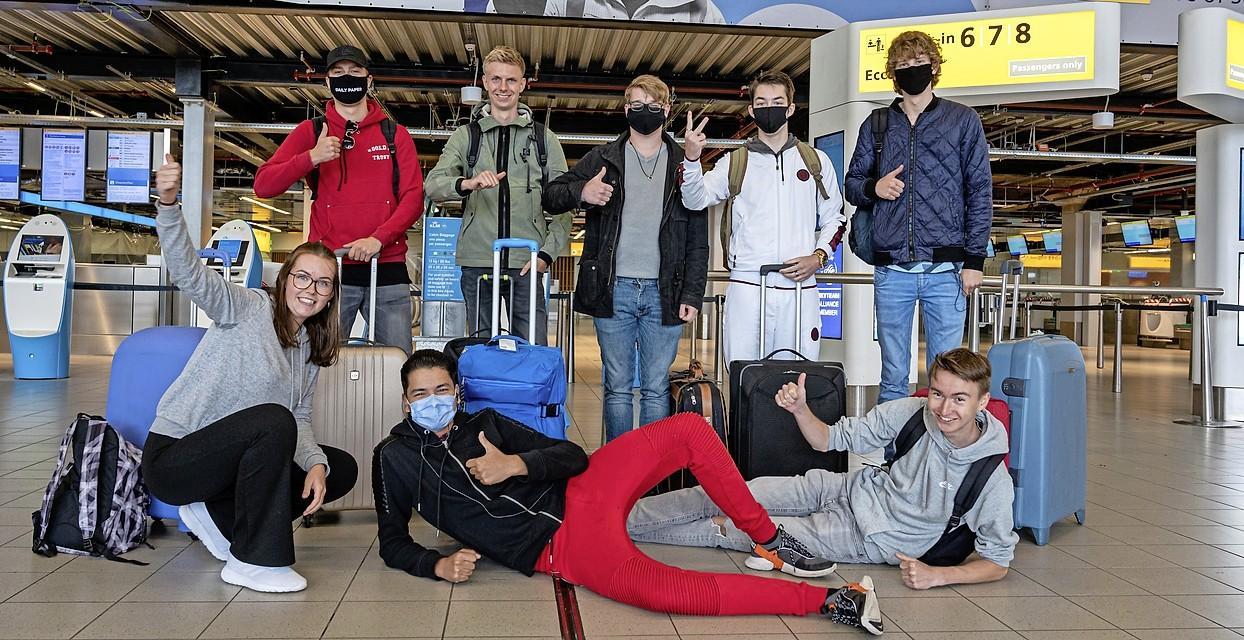 Schiphol is weer gezellig druk. 'Als we onverwacht in een lockdown terechtkomen, verlengen we gewoon onze vakantie in Spanje'