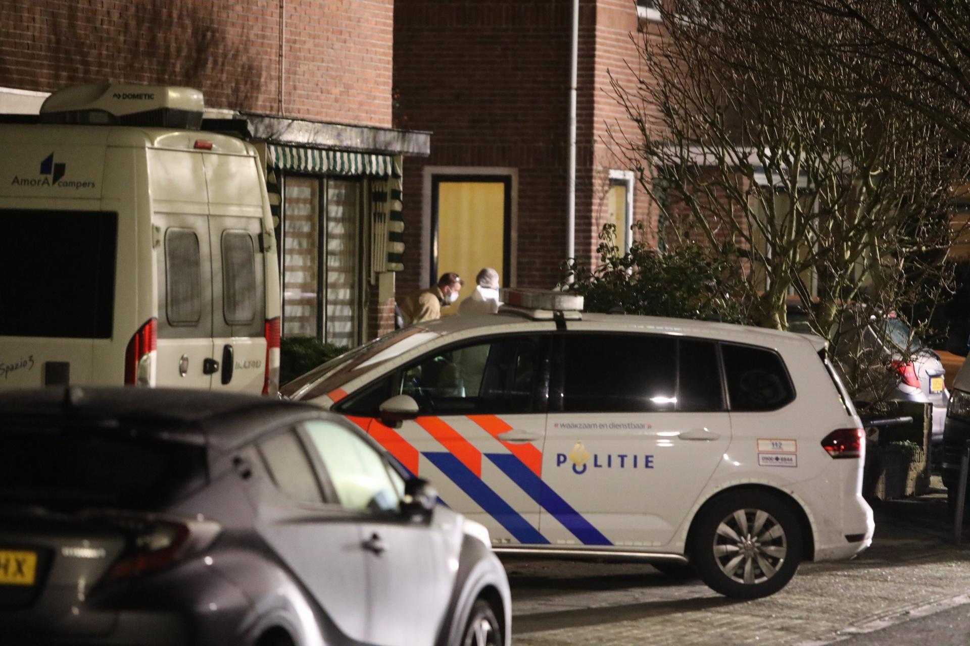 Dode man aangetroffen onder auto aan de Van Ostadelaan in Hilversum