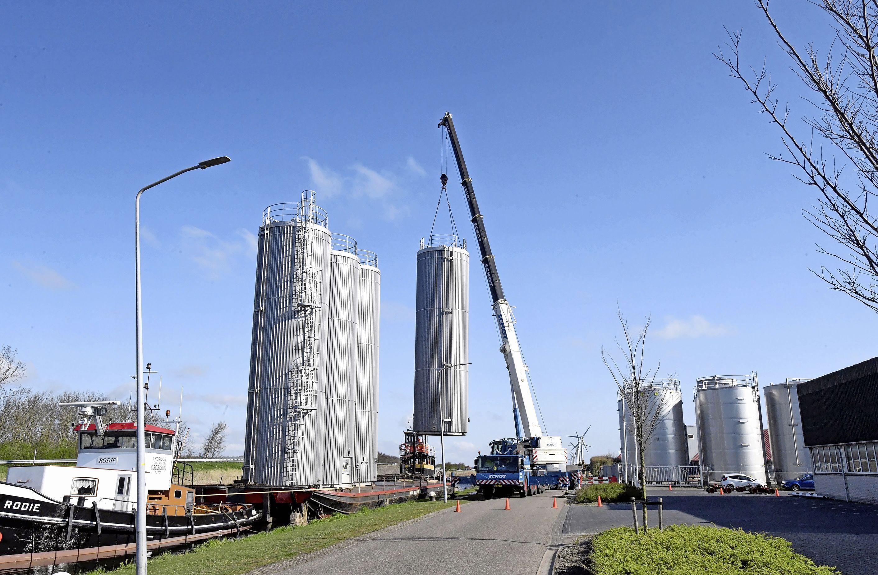 Kat achter kat gaan silo's vanuit 't Zand op transport na een zes weken durende stremming van de Coenbrug