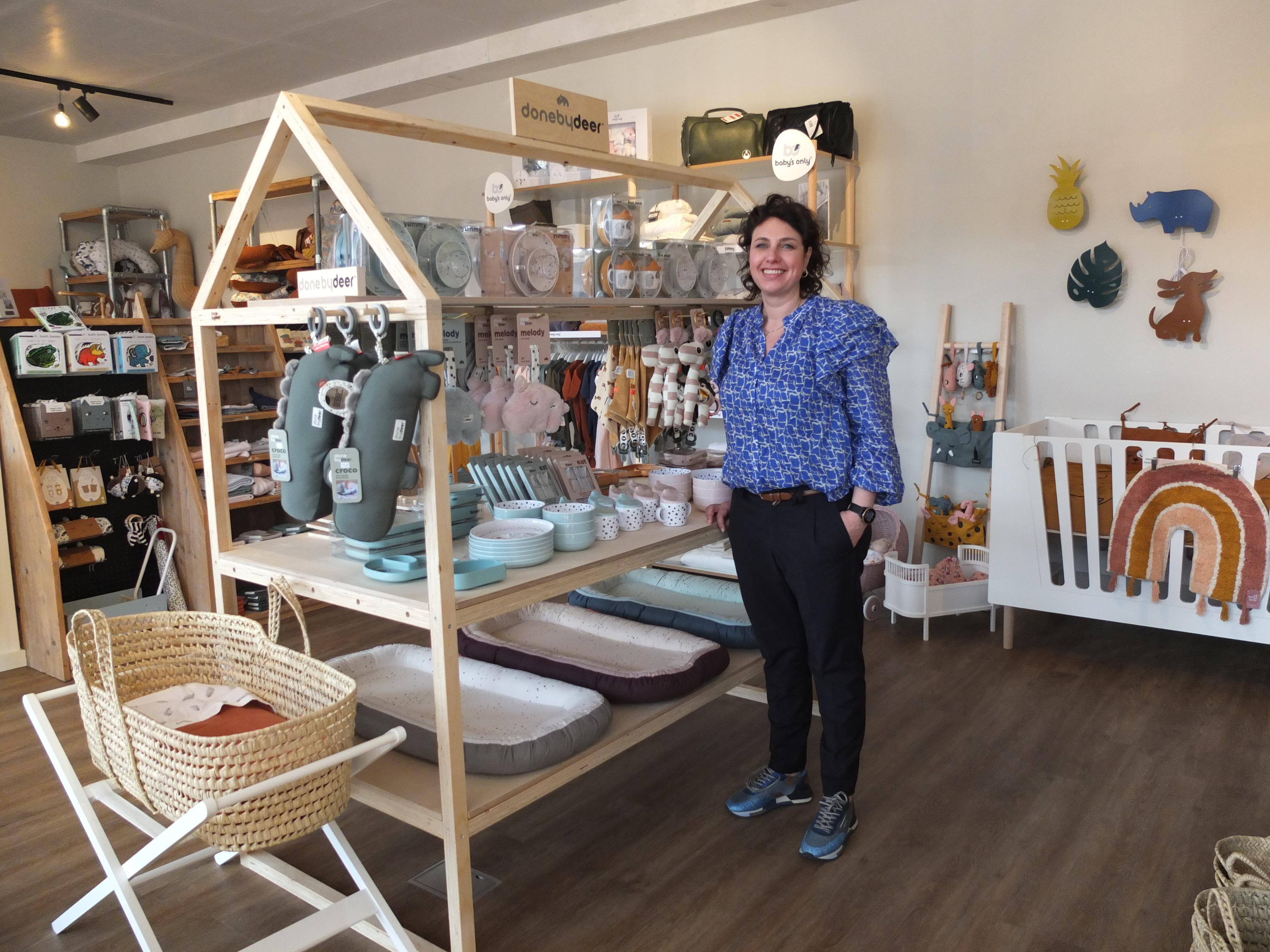 Katwijkse Ellen Schut begint naast stoffenhuis tweede winkel met babyspullen: 'We merkten dat er veel vraag naar was'