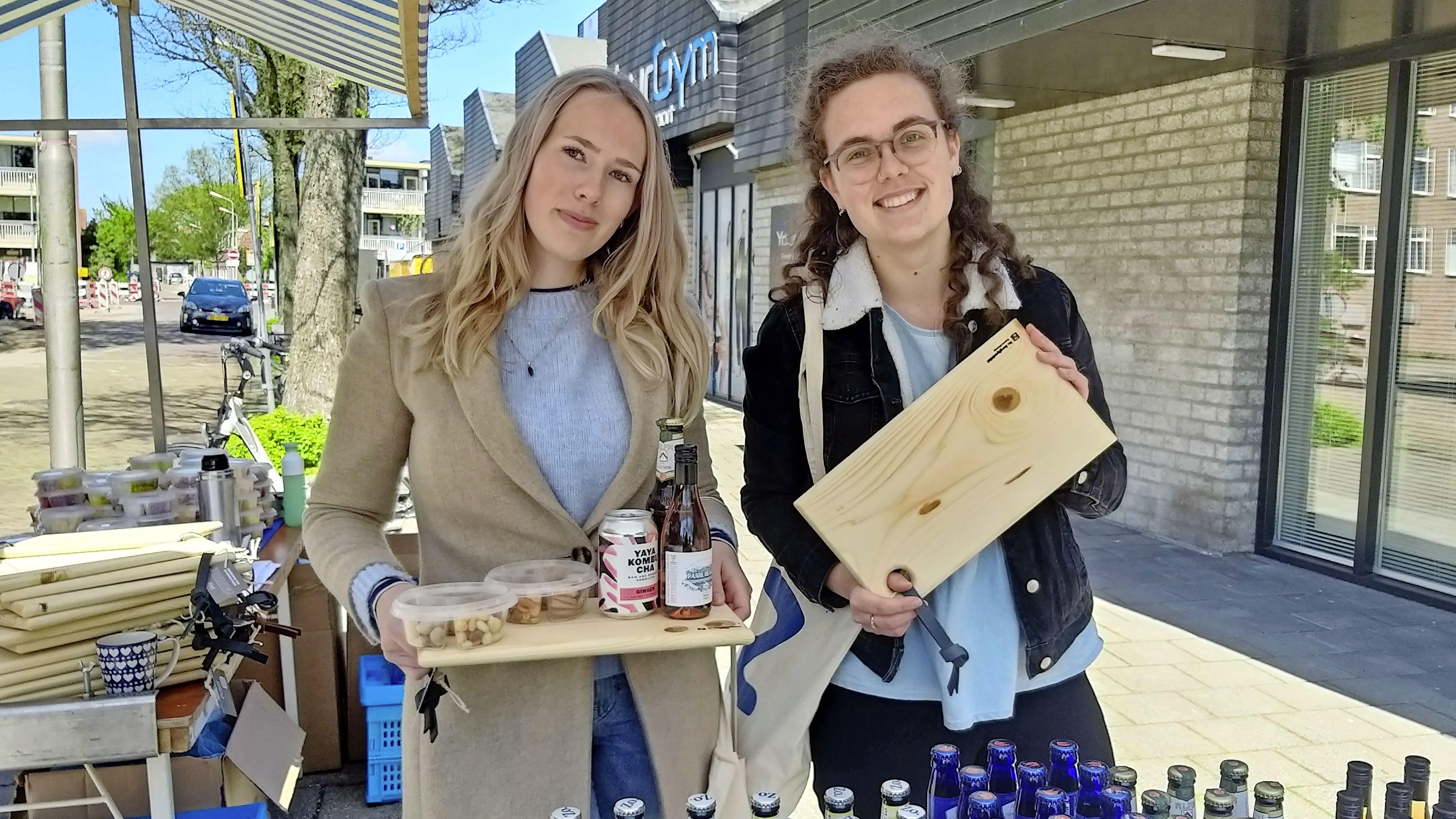 Onderweg: Lucy en Lieke hebben cadeautje voor collega's
