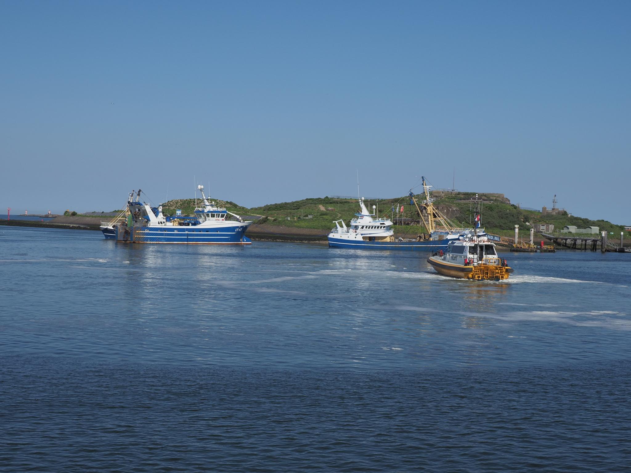 Kotter KW14 vastgelopen op Forteiland, collega-visser trekt het vissersschip uren later los