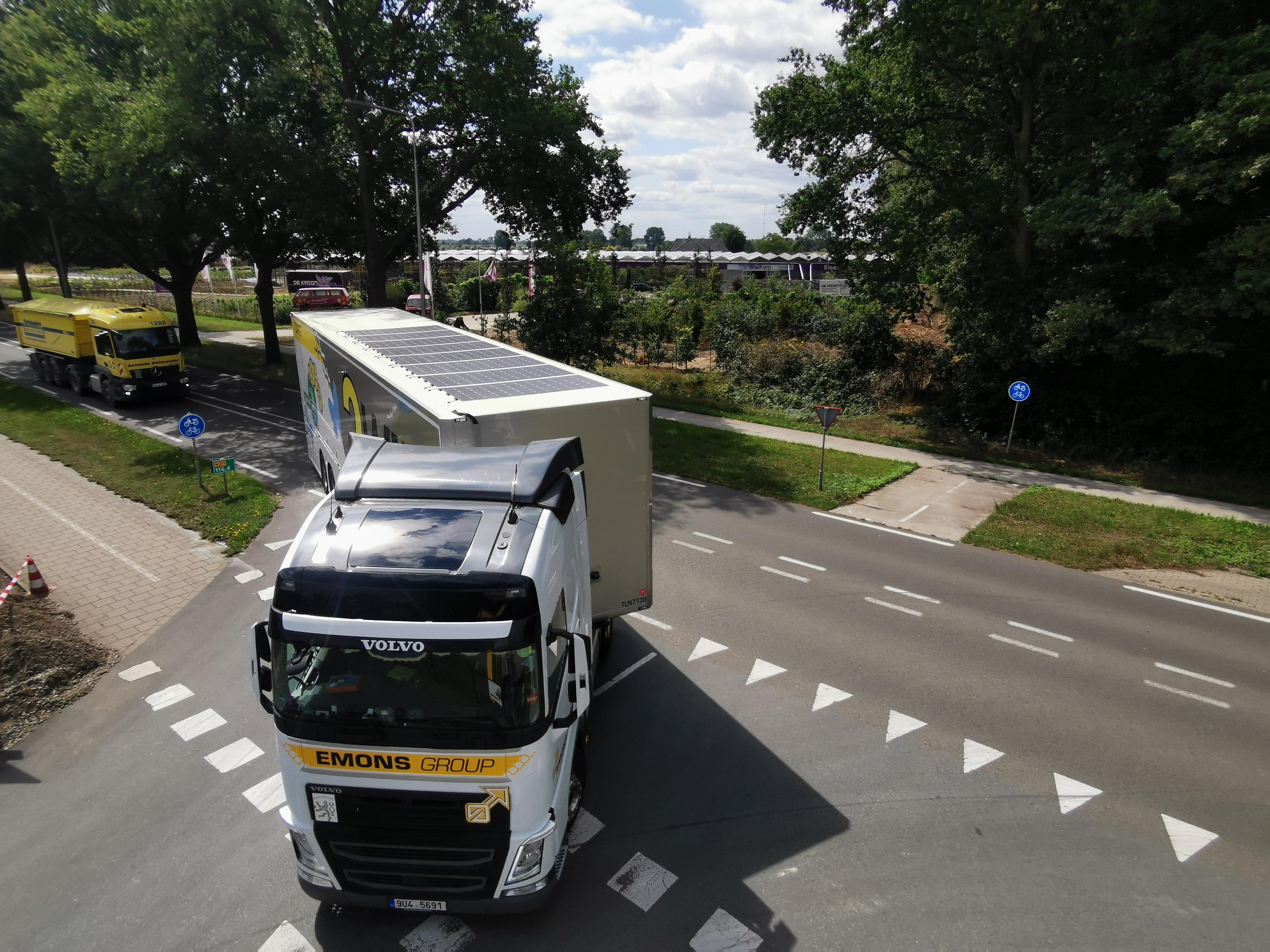 Met de zon in de pijp: vrachtwagens rijden schoner en zuiniger door zonnepanelen
