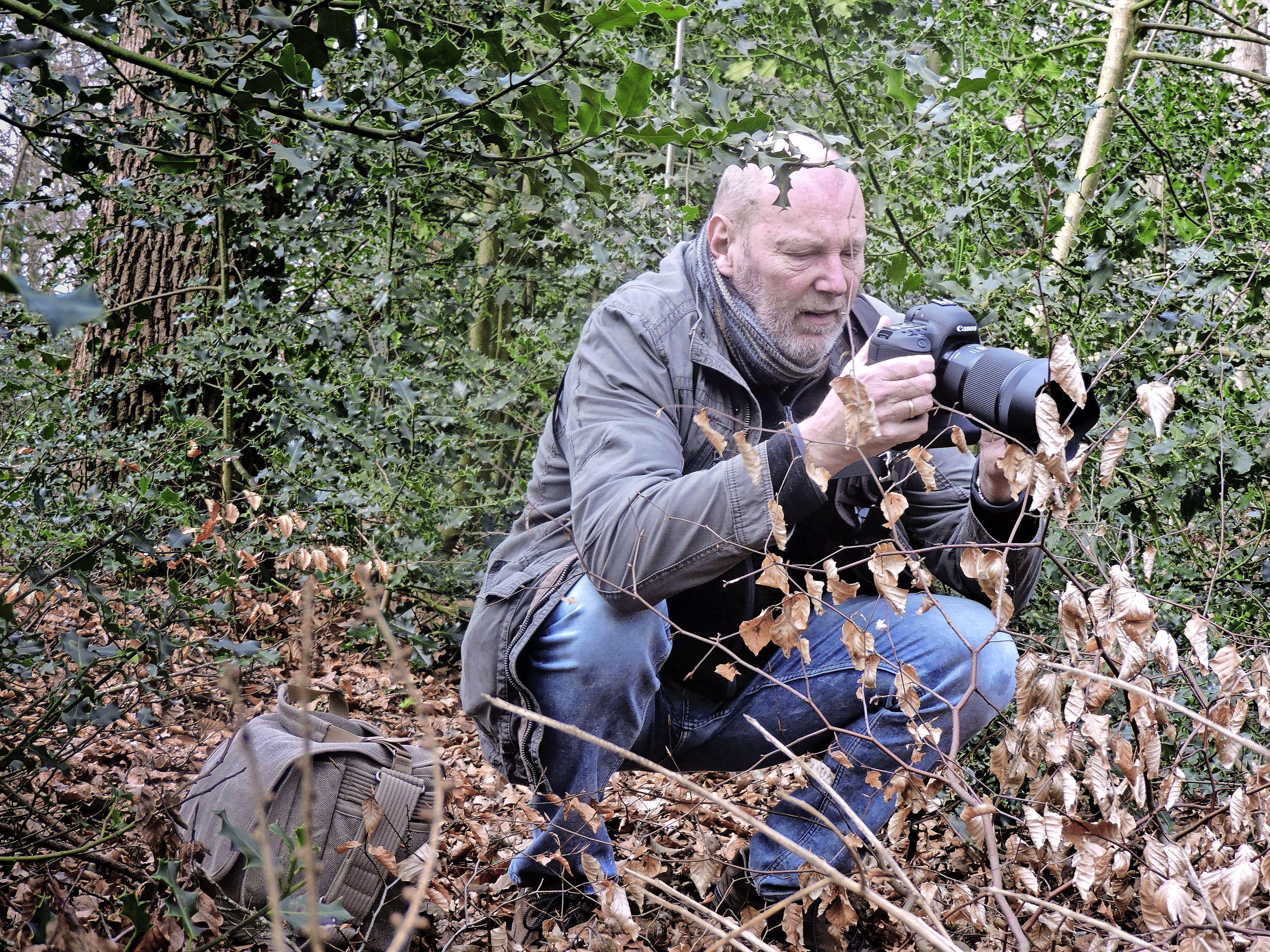Steeds meer mensen met camera's de natuur in, zoals Gijs te Pas: 'Of het een koolmees is of een zeldzame vogel, maakt me niet zo veel uit. Als ik maar een mooi beeld kan maken'