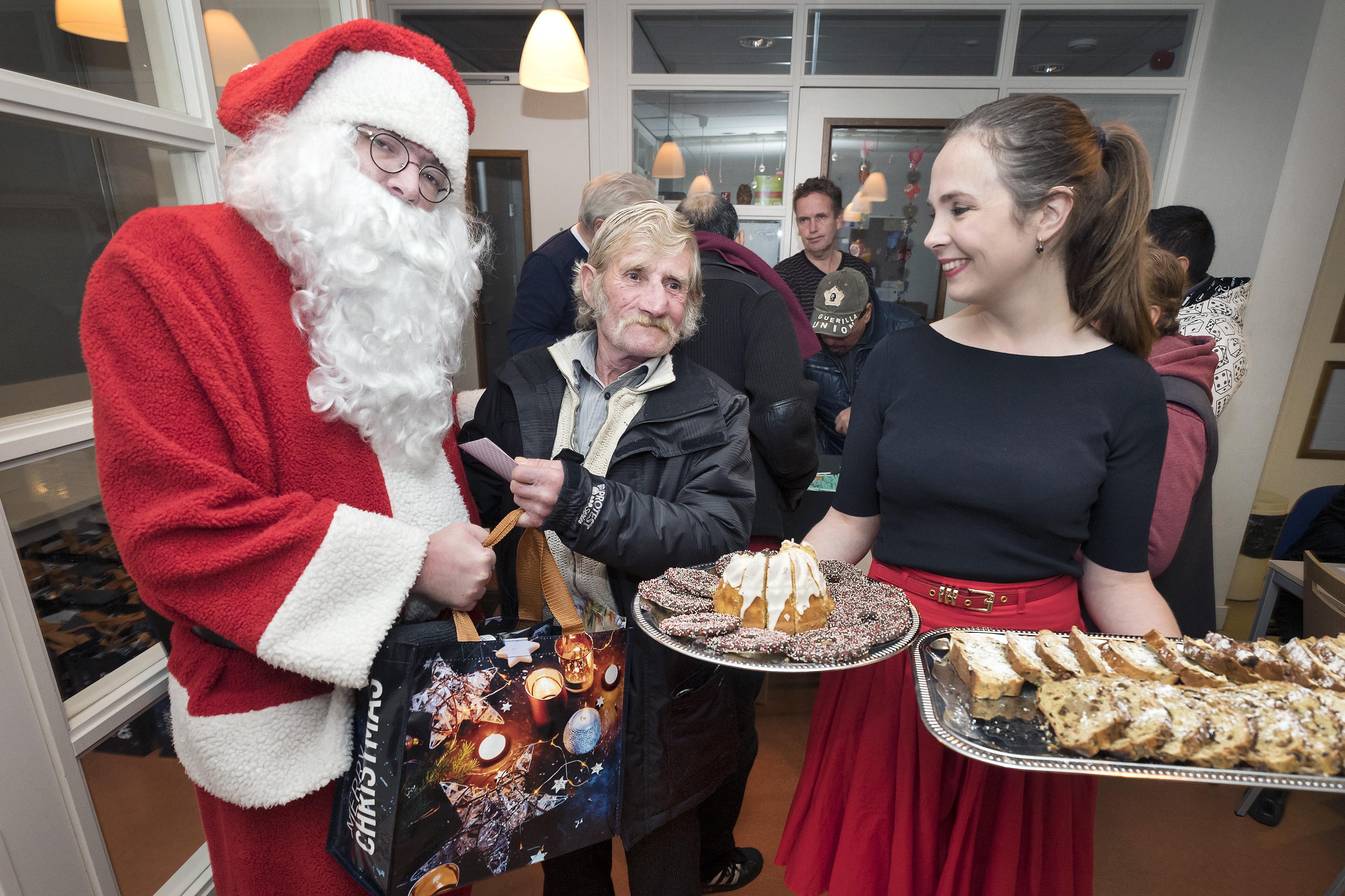Bij Straatjournaal is het al volop Kerst: honderd kerstpakketten voor honderd verkopers