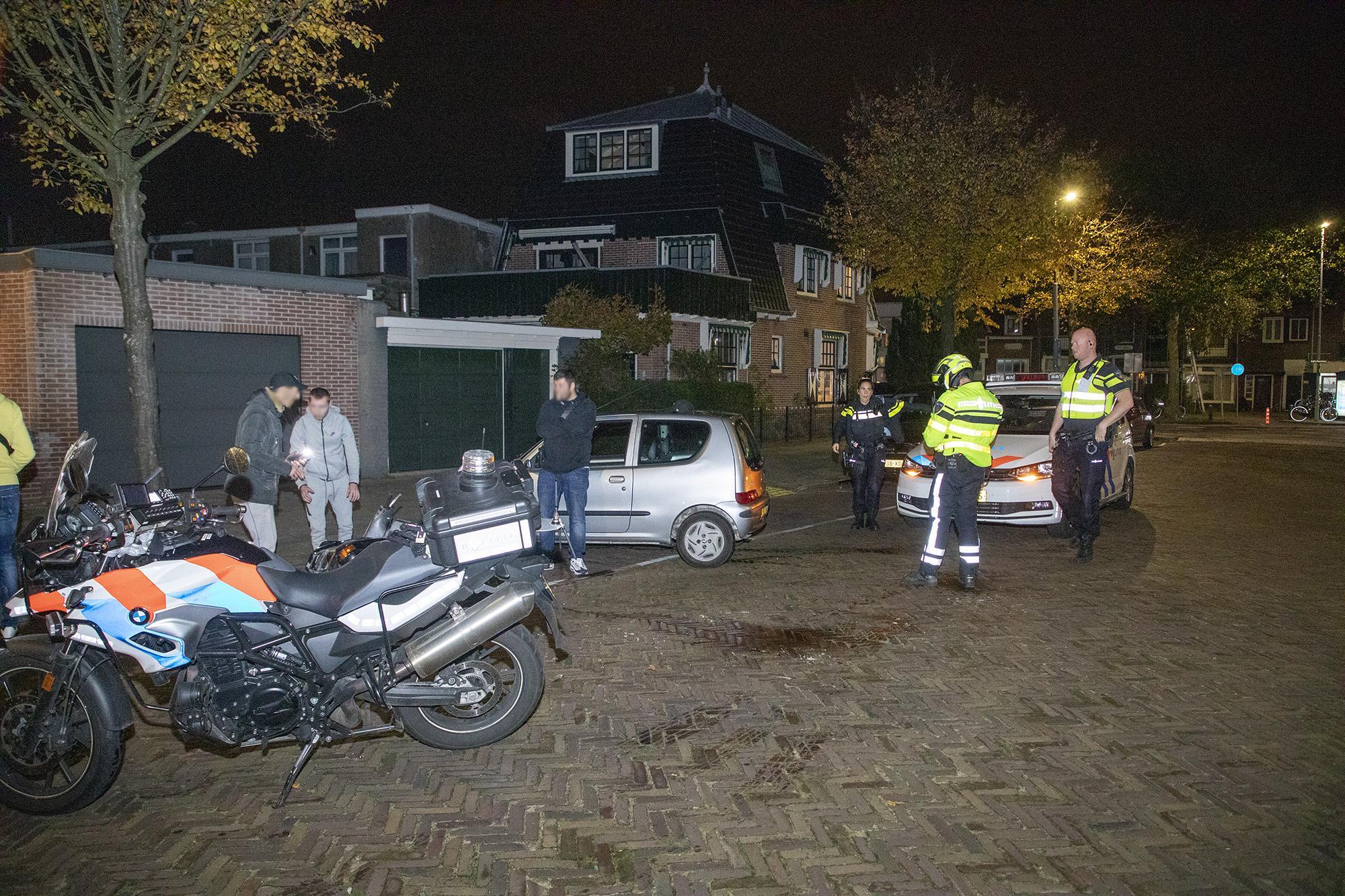 Scooterrijder vlucht na aanrijding in Haarlem. Politie vindt alleen petje terug