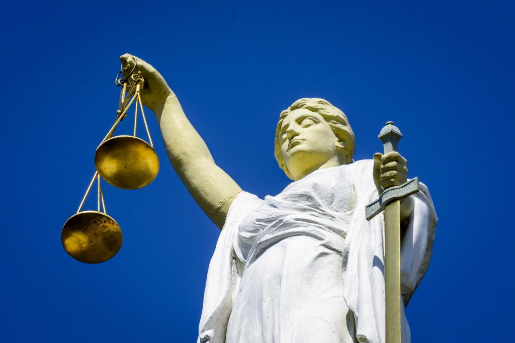 Man hoest langdurig in gezicht agent bij aanhouding in Soest: zes weken cel en 500 euro schadevergoeding