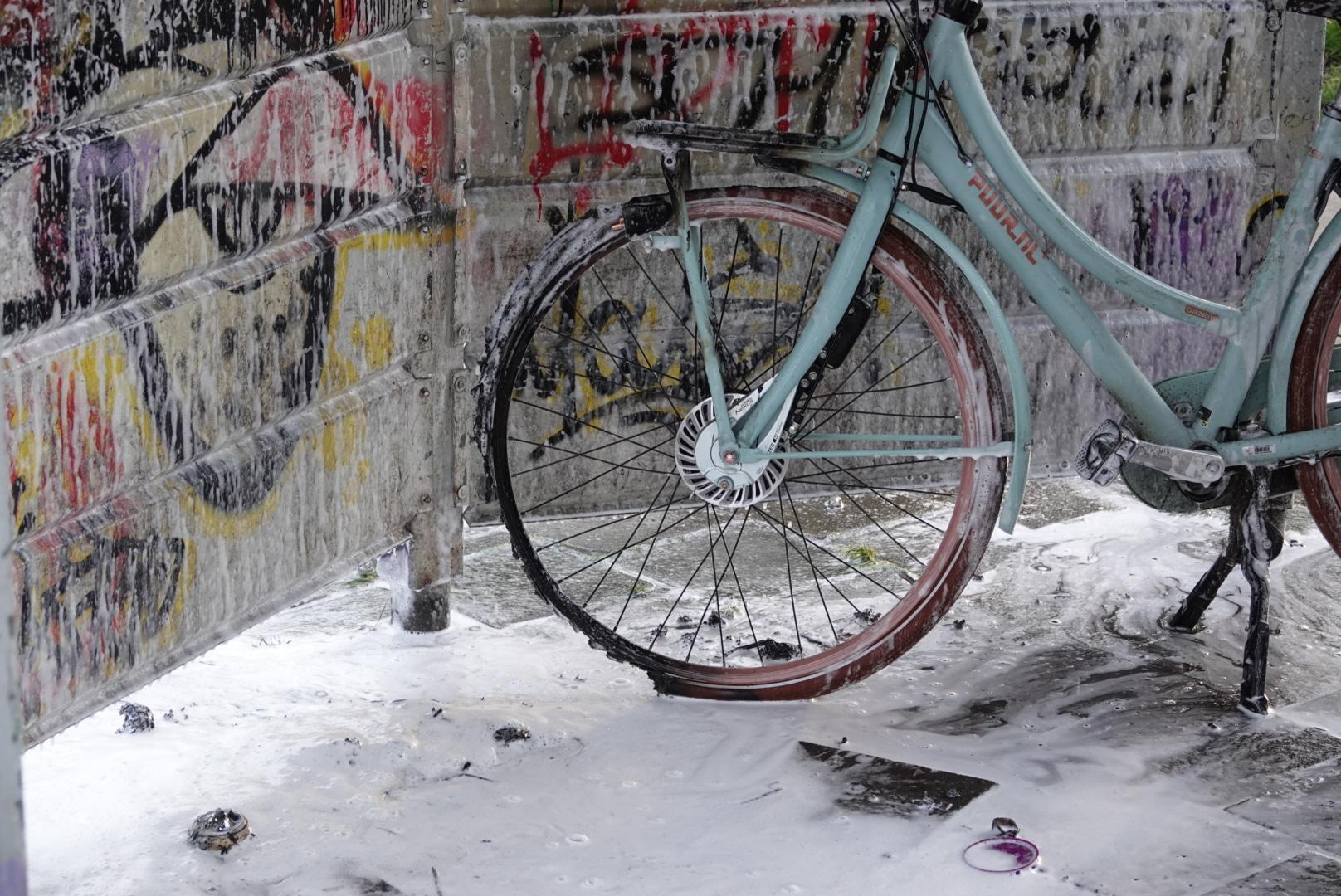 Fiets in brand gestoken op speelveldje in Heerhugowaard, meerdere fietsen vernield