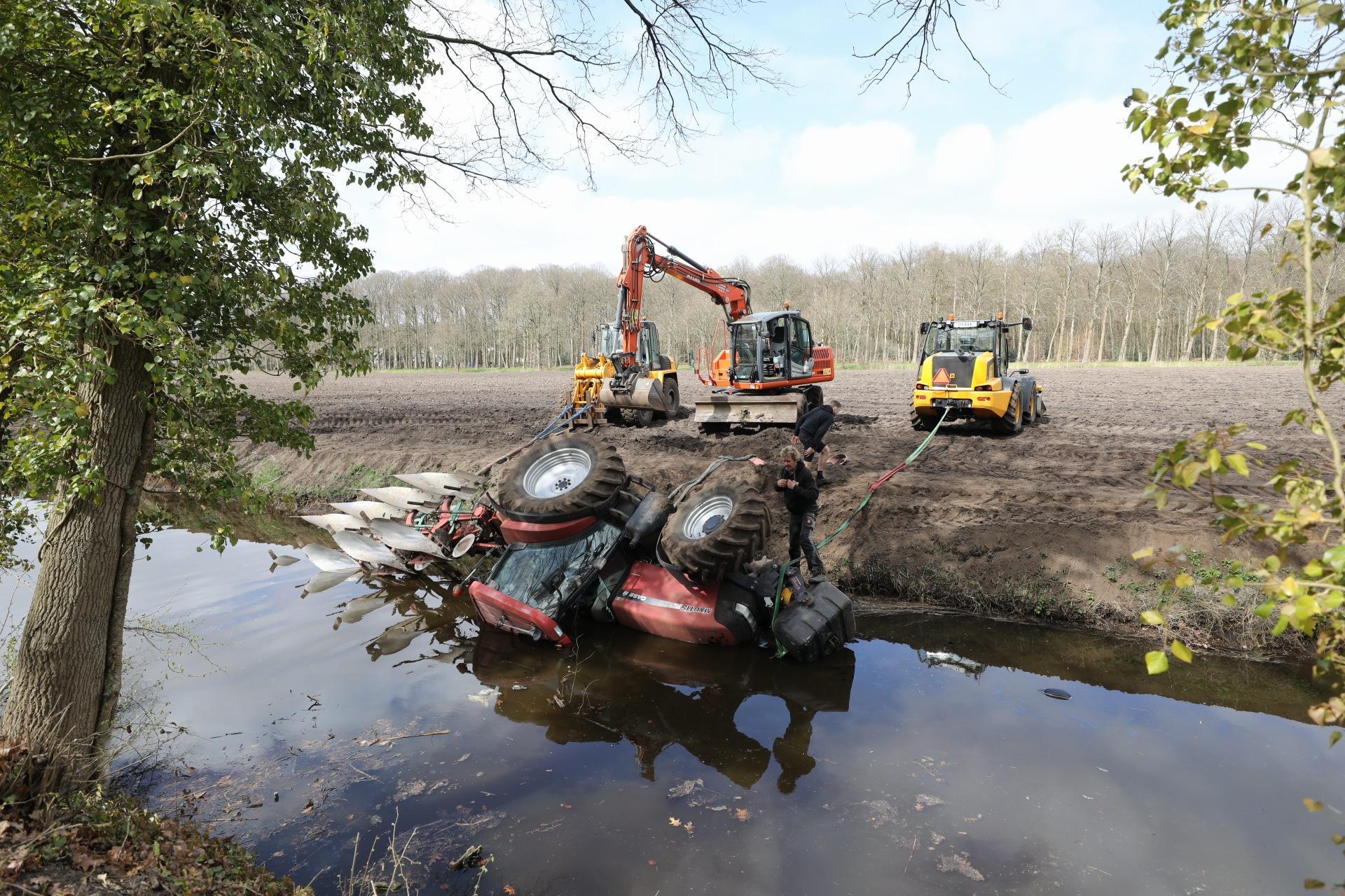 Tractor belandt tijdens het ploegen in de Praamgracht in Baarn