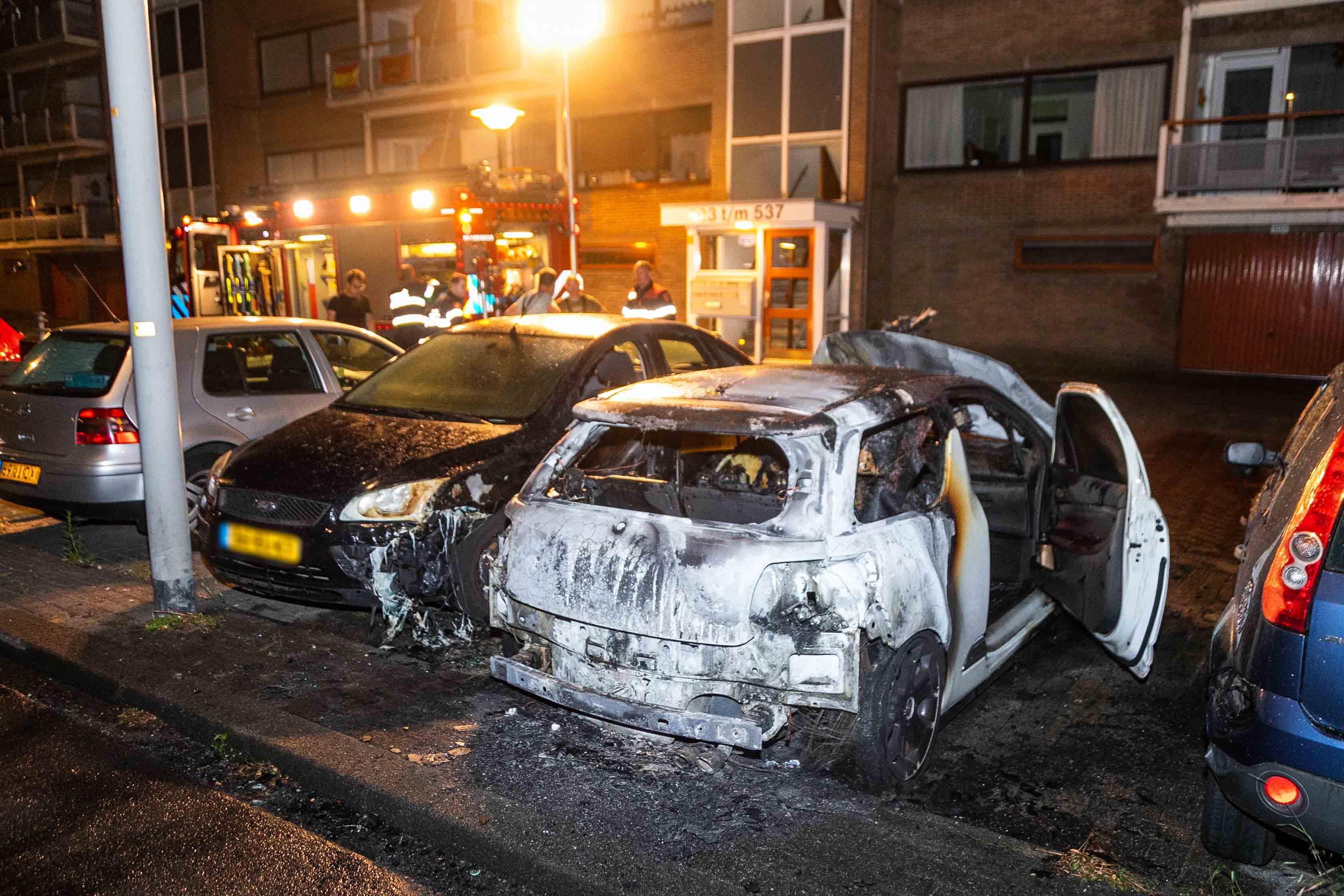 Drie geparkeerde auto's in brand in Beverwijk