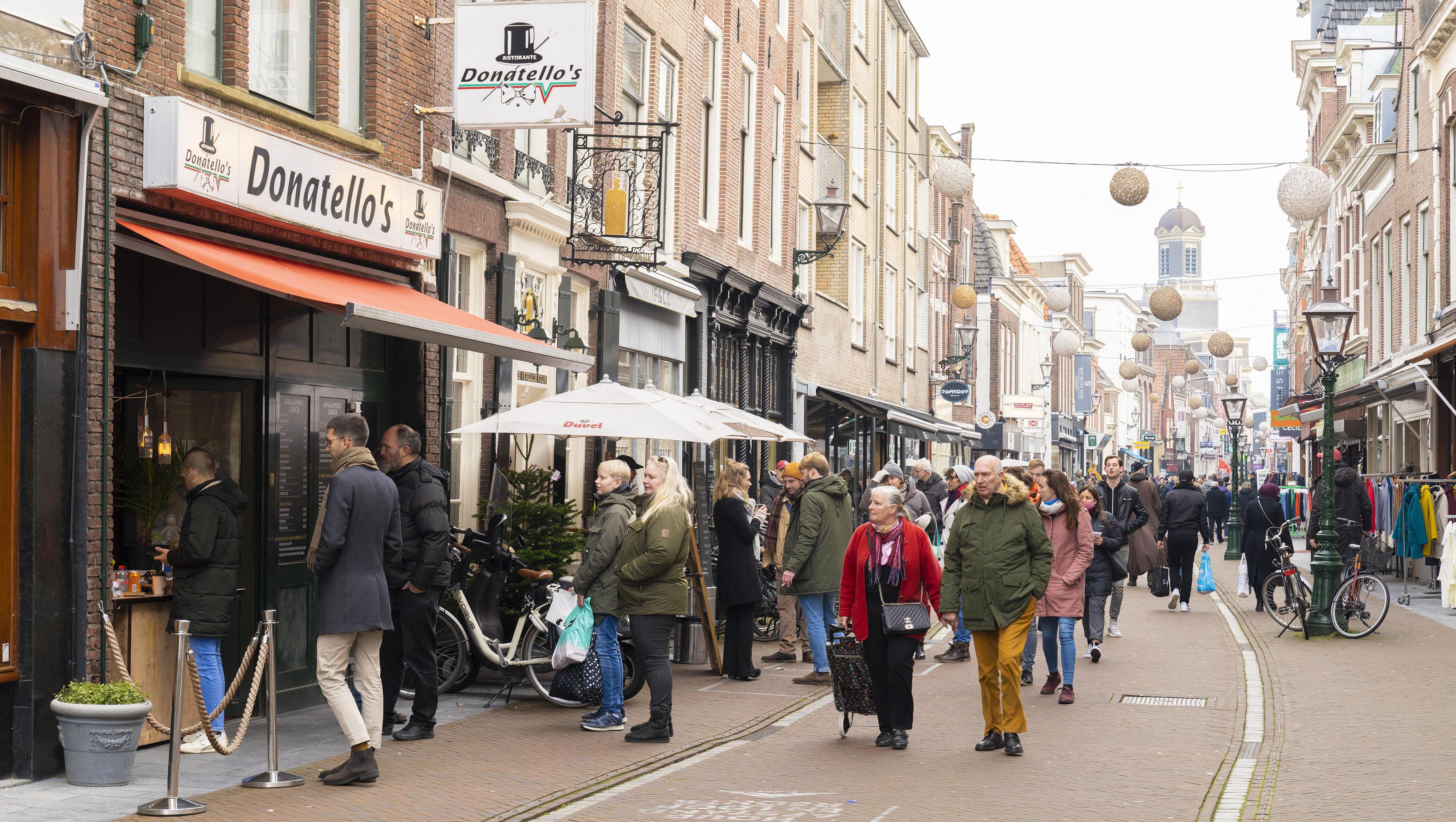 Leiden bereidt zich voor op kerstmaand met 'druktemeters' en spreiden van het publiek. Is het te druk dan gaat de straat dicht met een hek en handhavers