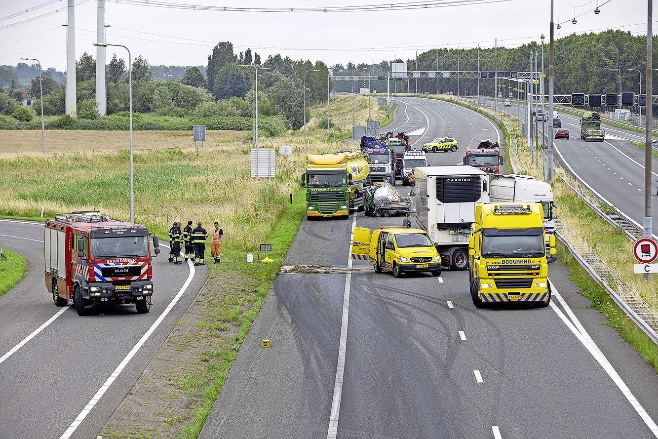 Verkeersinfarct door meerdere ongelukken met vrachtwagens op A9
