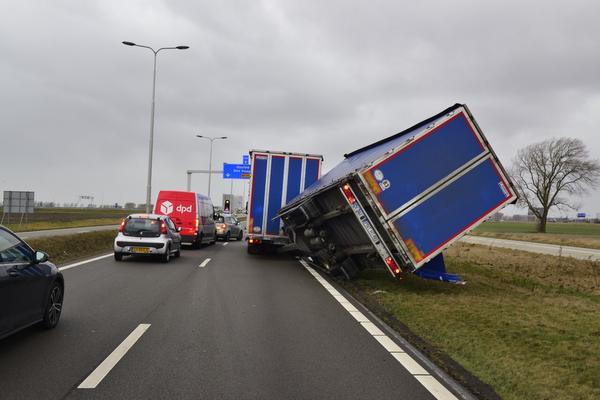 Vrachtwagen staat op omvallen bij Hoofddorp
