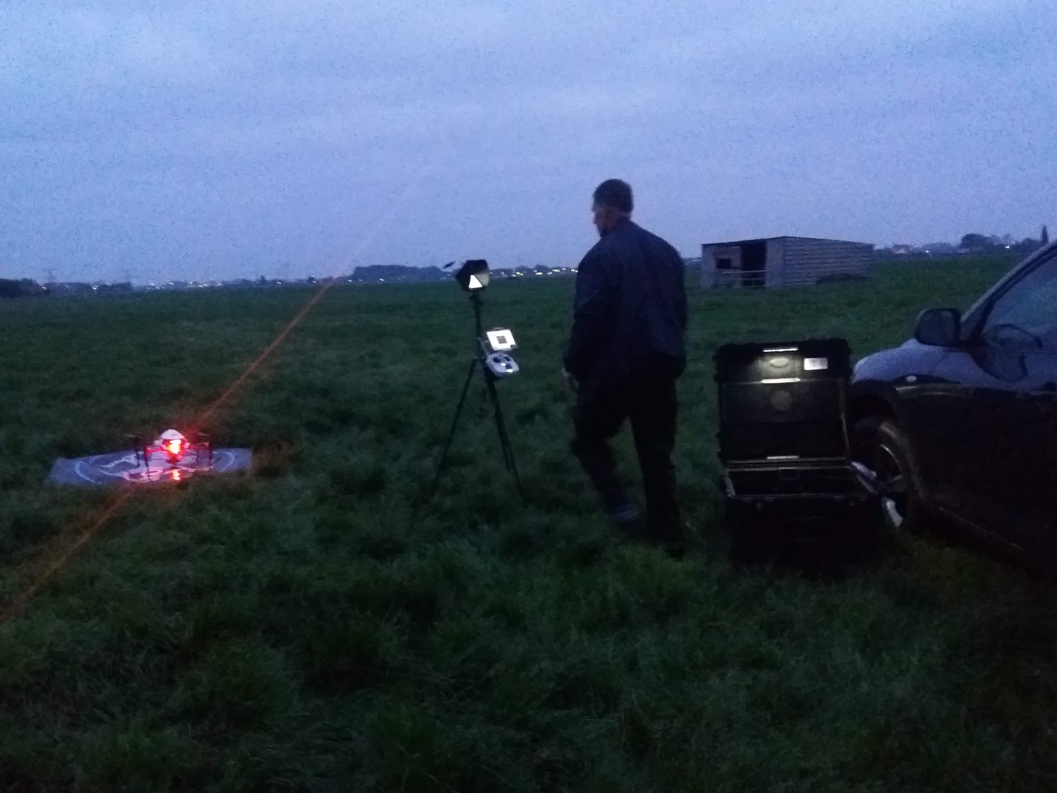 Moderne boeren monitoren weidevogels met een drone, melkveehouder legt in Muider polder stuk plas-drasgebied aan
