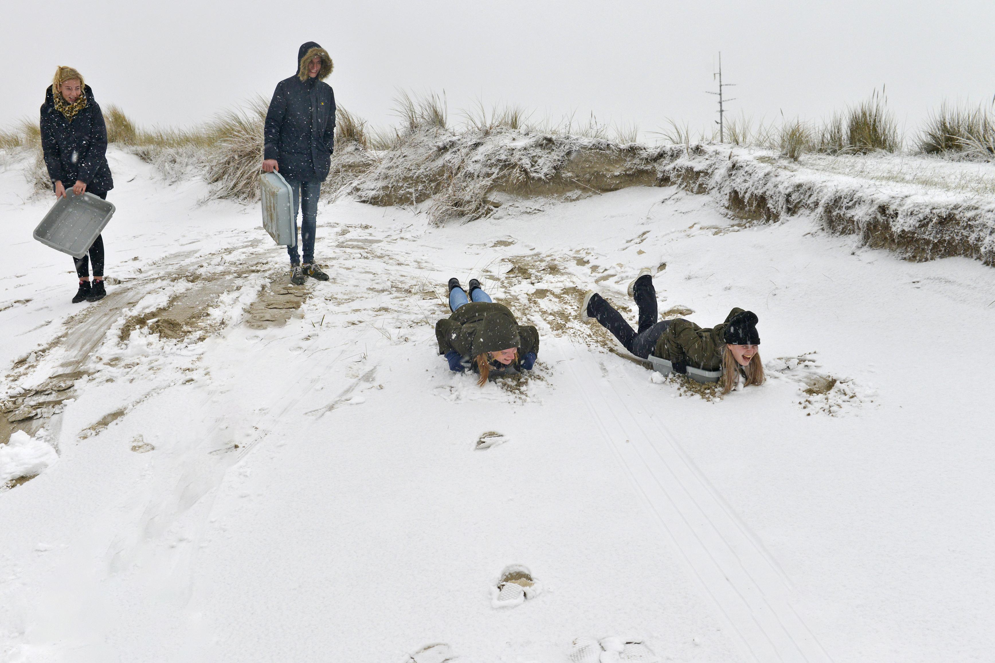 Sneeuwpret op Texel: horecapersoneel sleet het duin af in afwasbakken