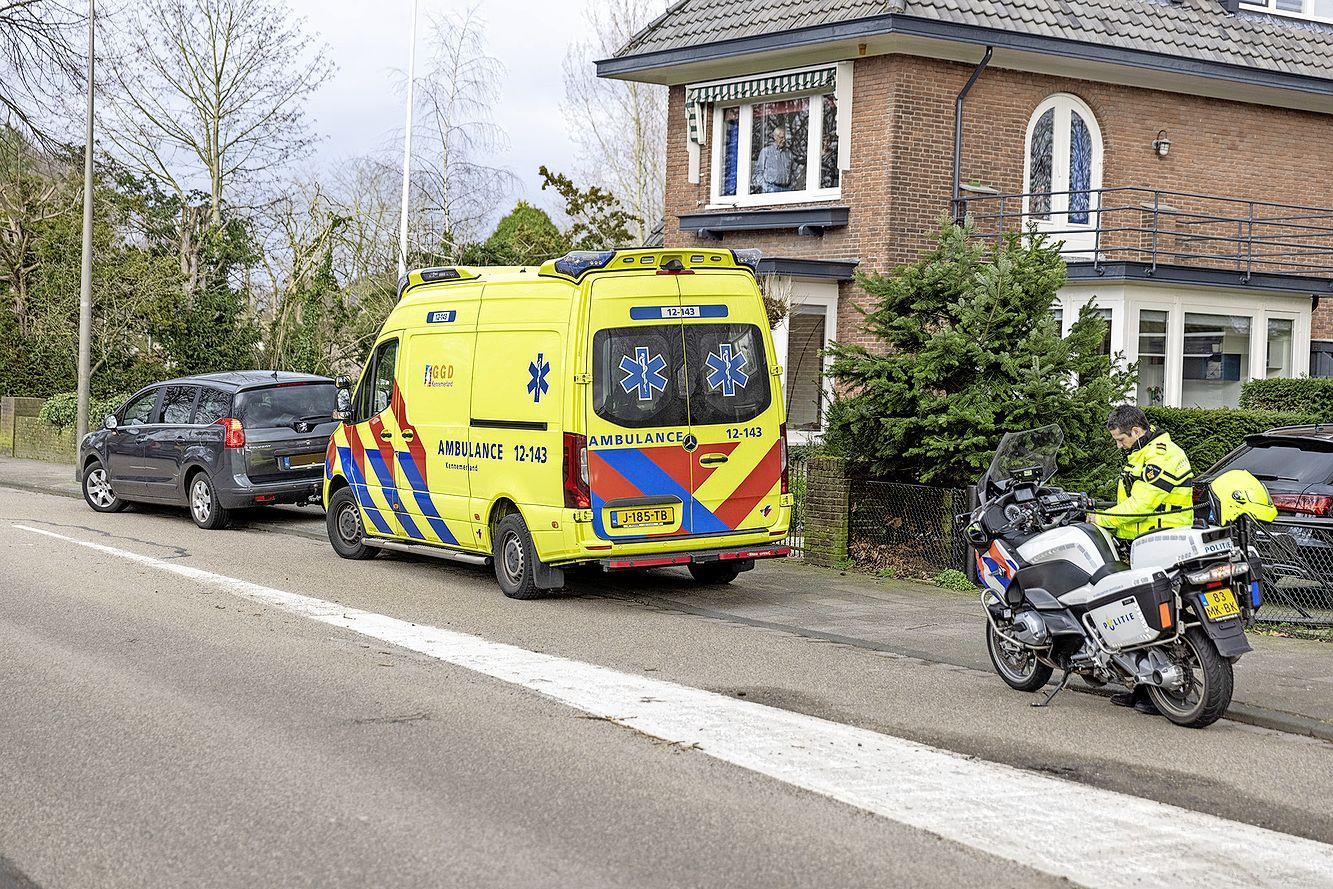 Fietsster door auto geschept op kruising in Heemstede