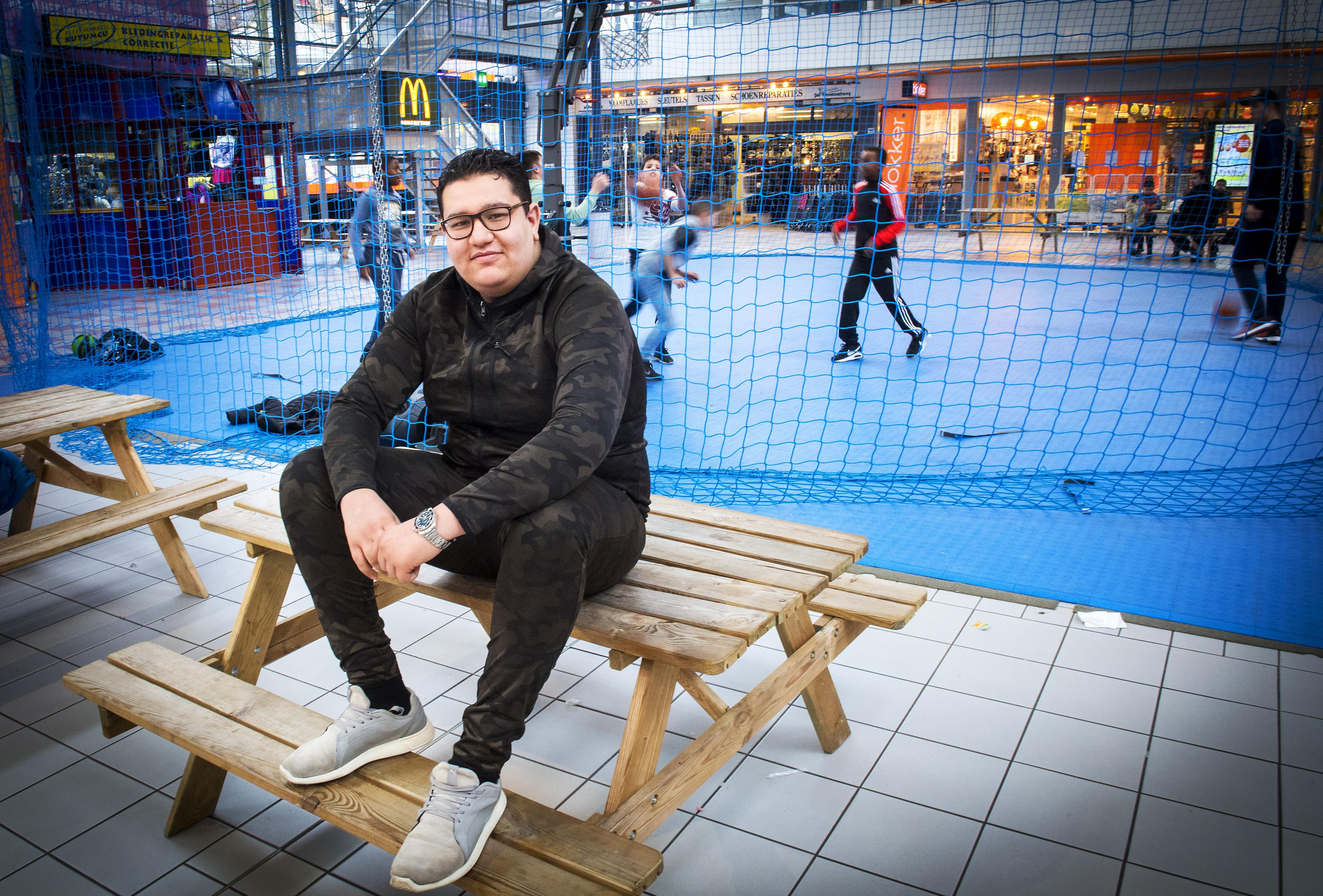 Anouar vlogt over Haarlemse gemeenteraad: 'Politici kennen doekoe en brakka niet' [video]