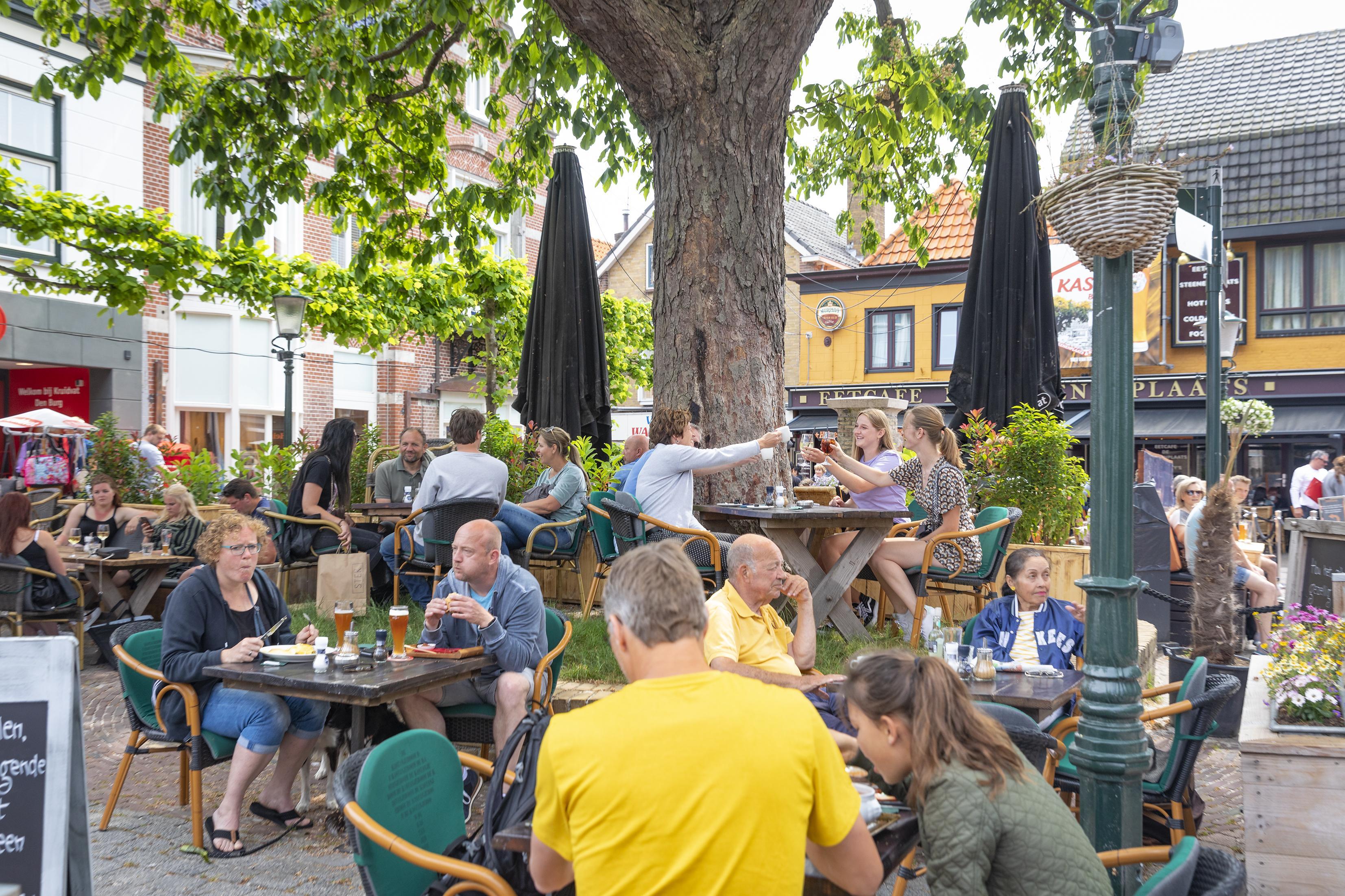 Vriendengroep zit in De Koog verdeeld over drie tafeltjes. 'Die afstand voelt vreemd'