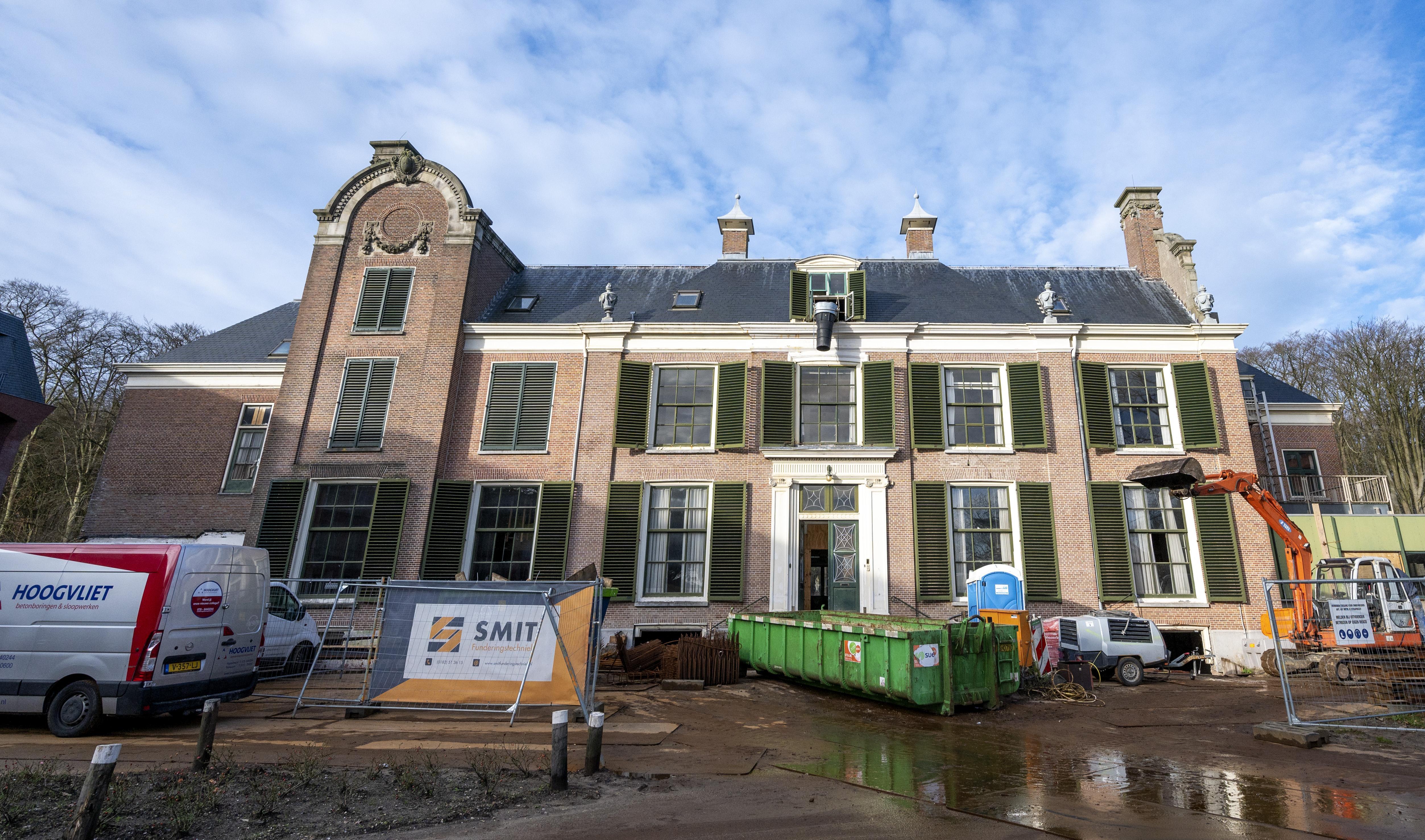 Afgebladderd schilderwerk, ingekeilde ruiten en een berg werk te doen: bij het eerste bezoek aan herenhuis Boekenrode in Aerdenhout liet de eigenaar zijn vrouw maar thuis