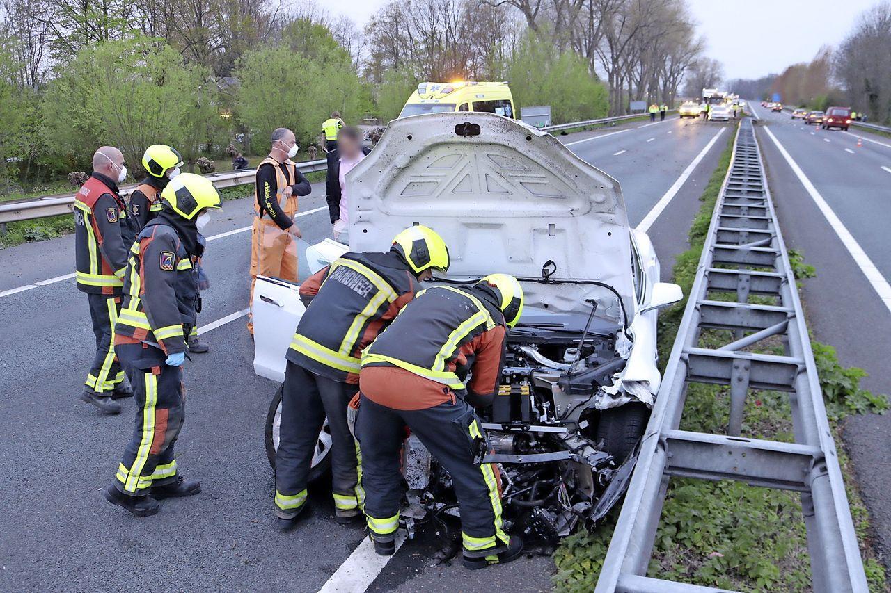 Tesla zwaar beschadigd bij crash op A44 bij Sassenheim, weg korte tijd afgesloten