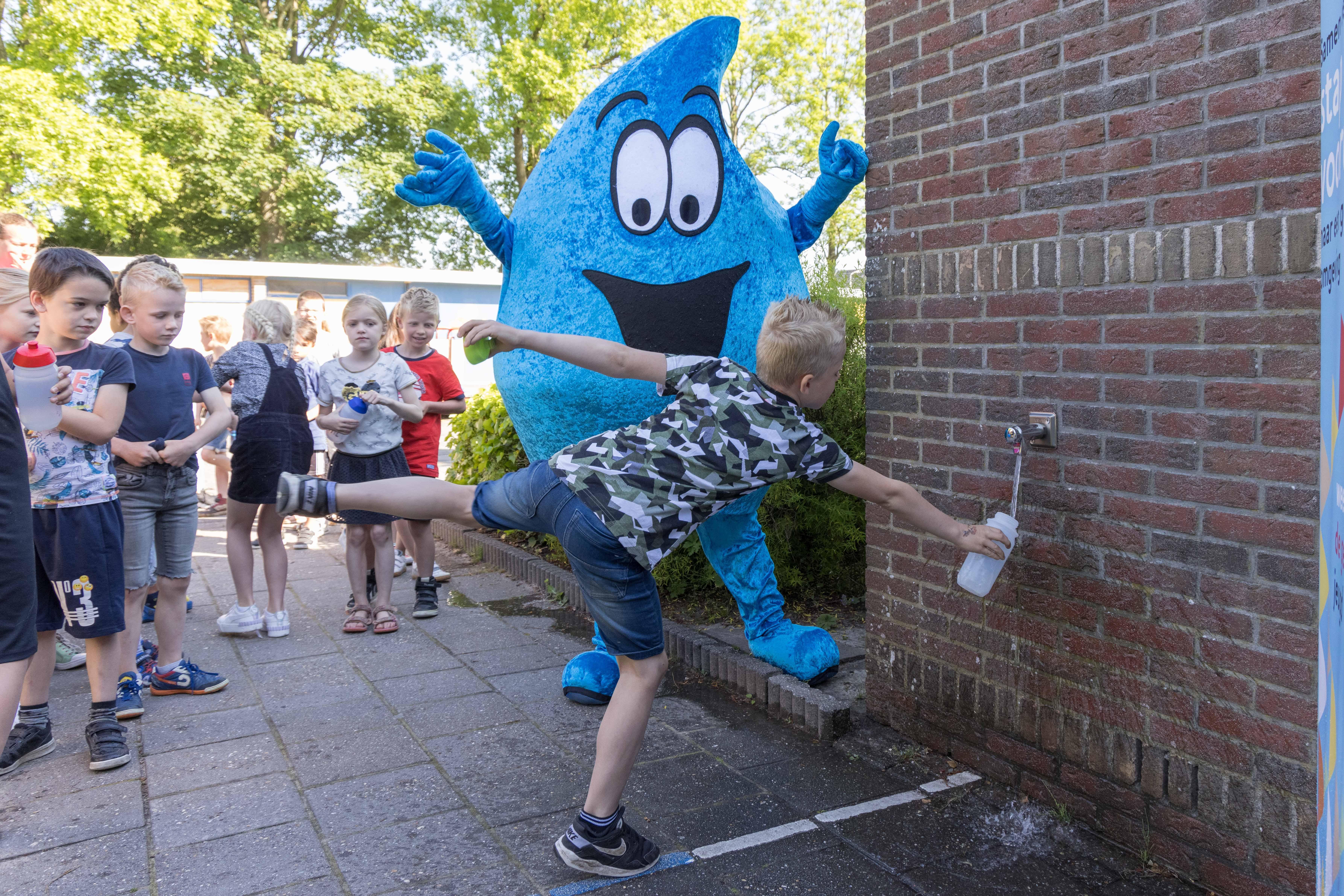 'Water drinken is de basis van een gezonde leefstijl.' Watertappunt geopend op St. Nicolaasschool in Nibbixwoud