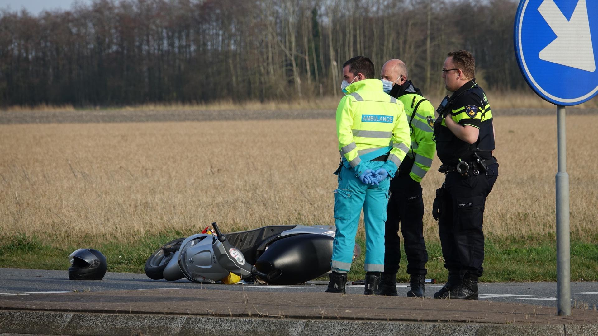 Scooterrijder gewond bij botsing met onverzekerde auto in Wervershoof, auto in beslag genomen