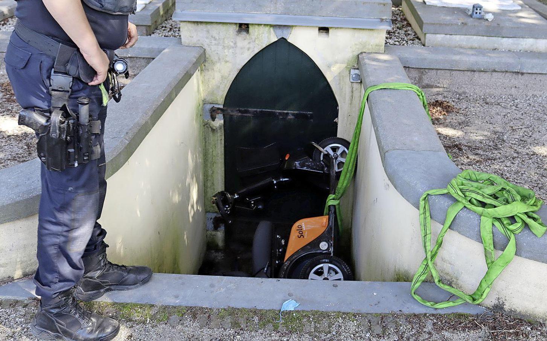 Man rijdt met scootmobiel van trap grafkelder in Noordwijk, veel hulpdiensten ingezet