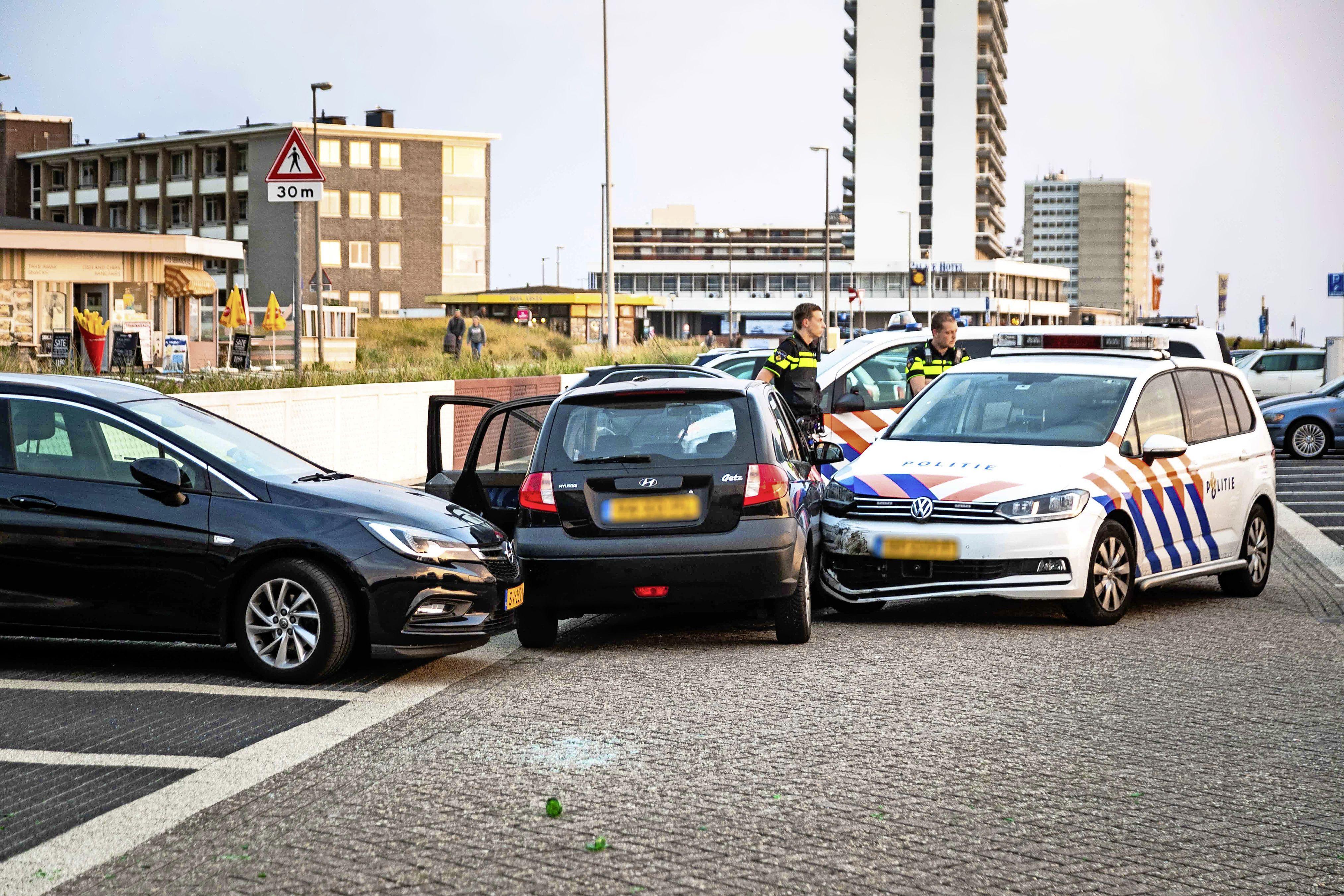 Man gearresteerd na veroorzaken overlast in Zandvoort; verdachte rijdt in op politieauto