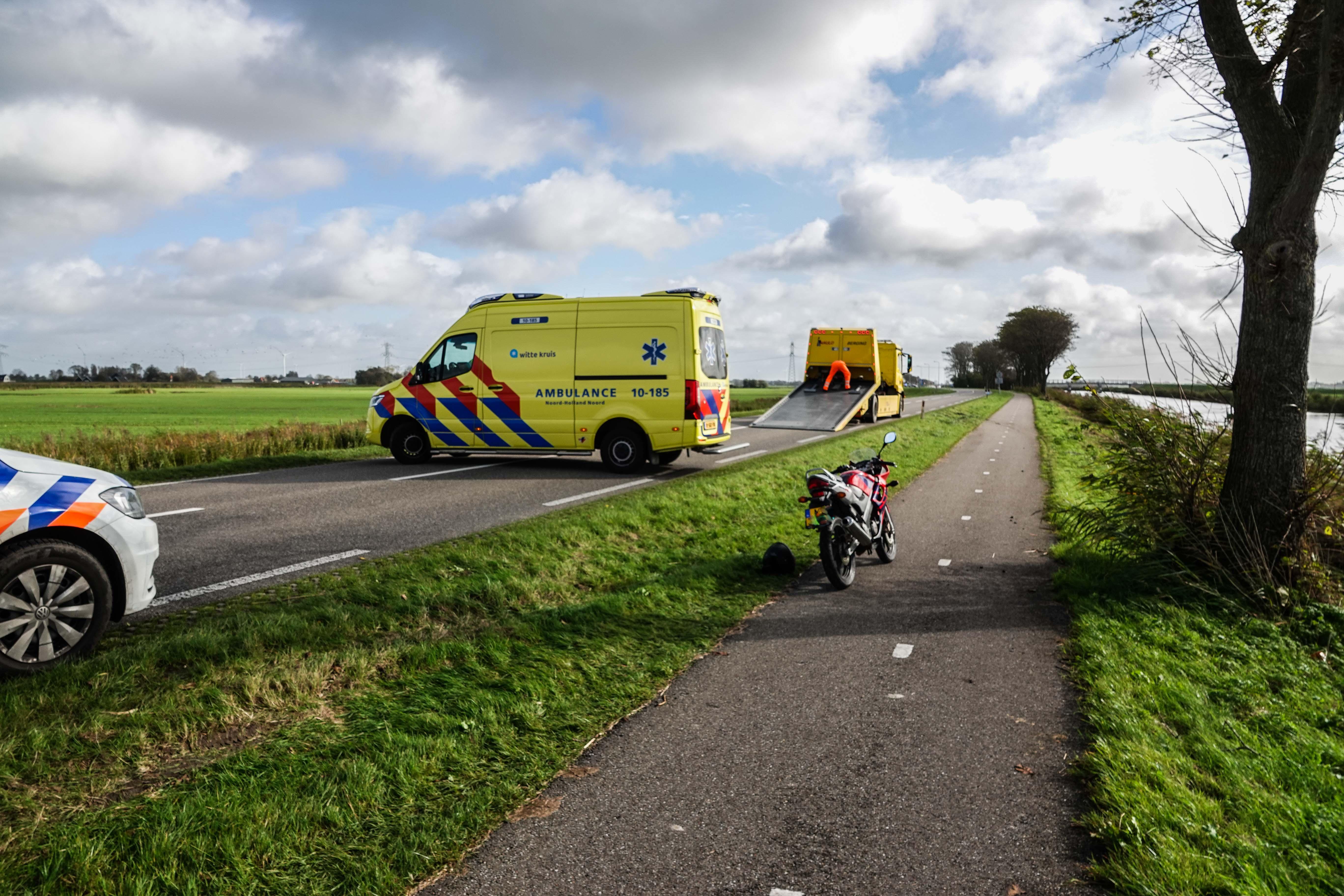 Motorrijdster geraakt door auto na val door windvlaag op N248