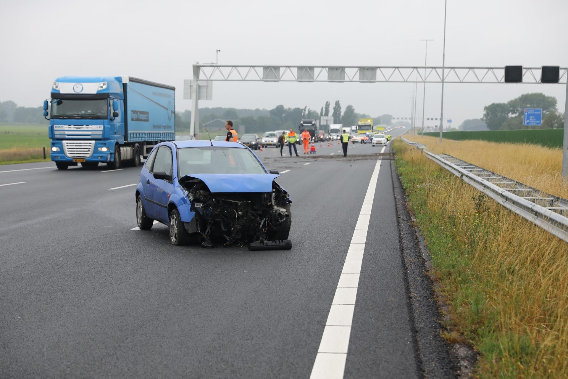 Vrouw gewond bij ongeval op de A1 bij Baarn, drie rijbanen afgesloten