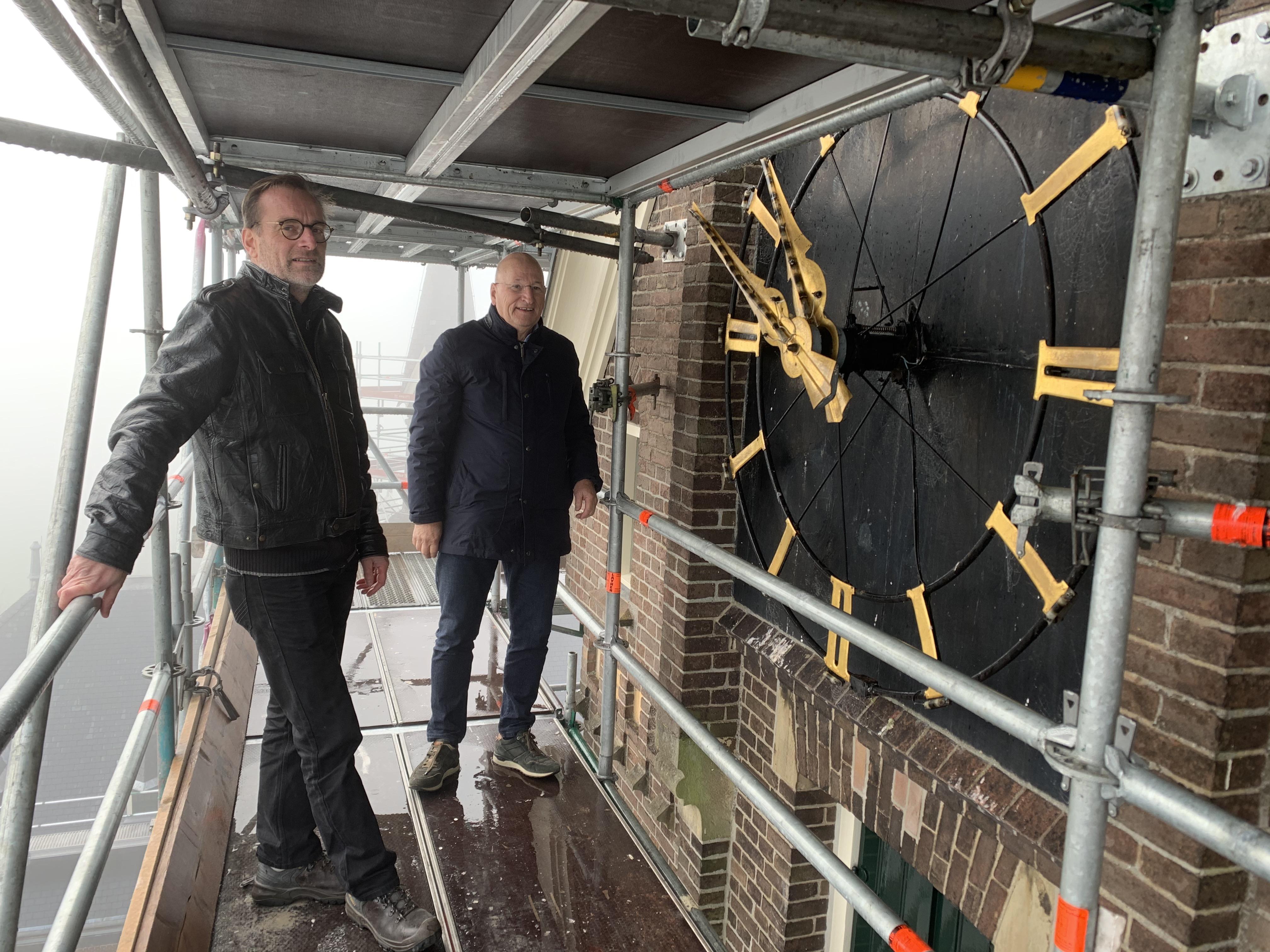 Op smal steigertje 40 meter hoog leien vervangen van Bonifatiuskerk in Spanbroek. 'Kom je koffie brengen?' [video]