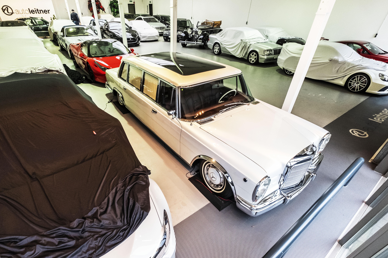 'Kijk, die Mercedes uit 1939. De enige die nooit door nazi's is bereden'. Kost 3,5 miljoen euro. En dan is er ook nog die Maybach voor Khadaffi... De showroom van Auto Leitner in Alkmaar is een schatkamer vol verhalen