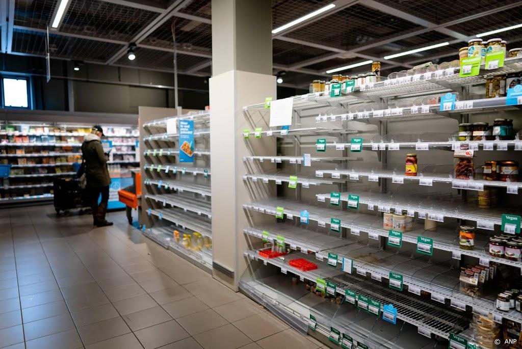 Lege schappen bij supermarkten in aanloop naar sneeuw
