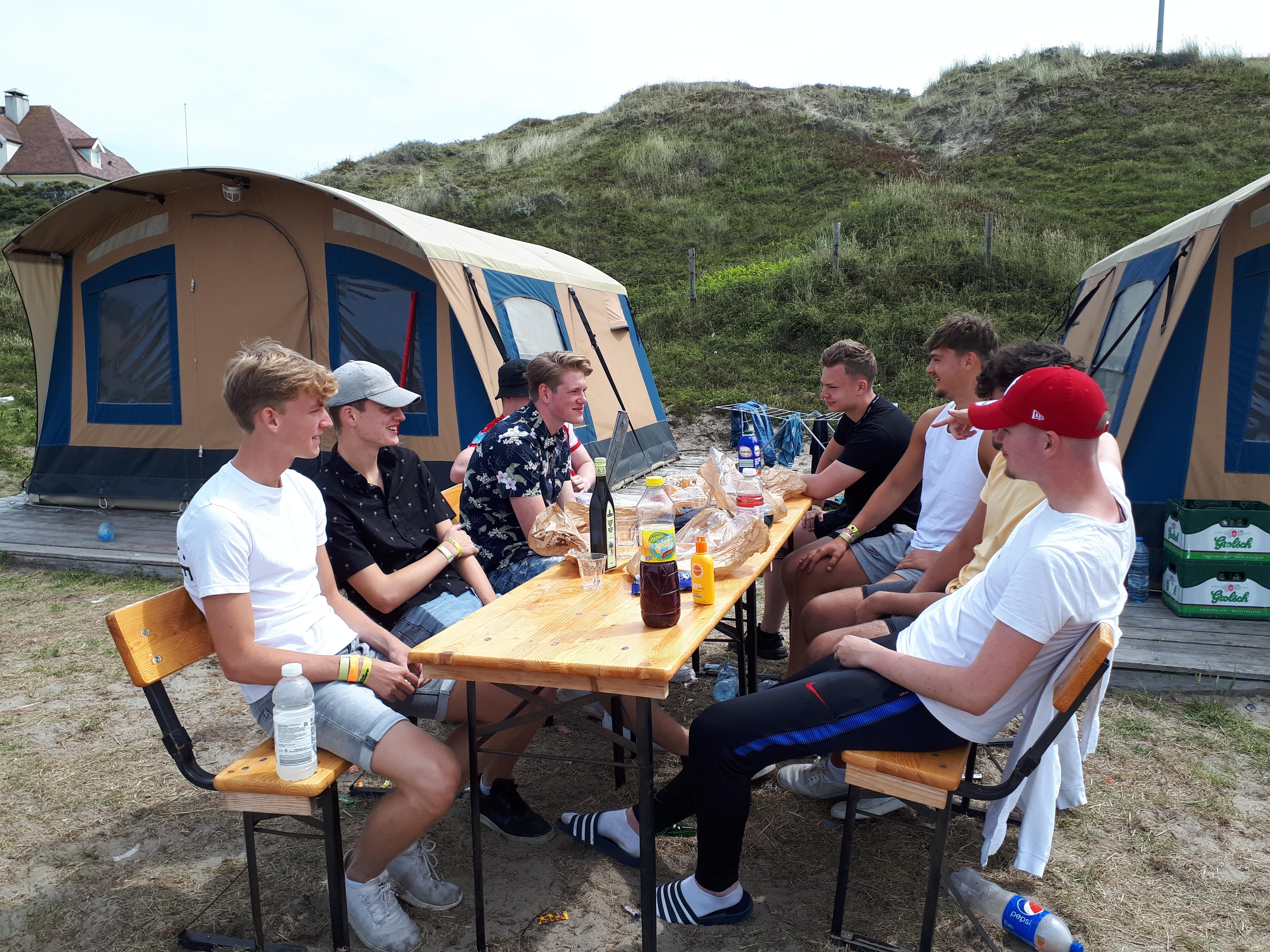 Jongeren over hun vakantie en uitgaan op het Ibiza van het Noorden: 'Op Texel mag veel meer dan in de stad'