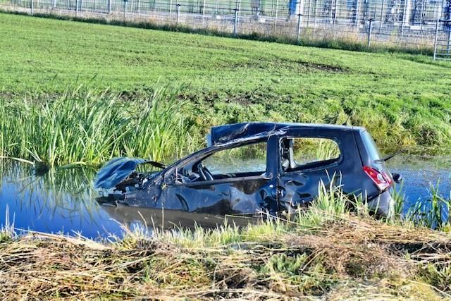 Automobilist verliest macht over het stuur en raakt te water in Rijpwetering