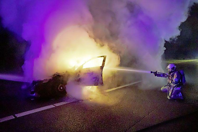 Auto vliegt in brand op A27 bij Eemnes, voertuig volledig uitgebrand