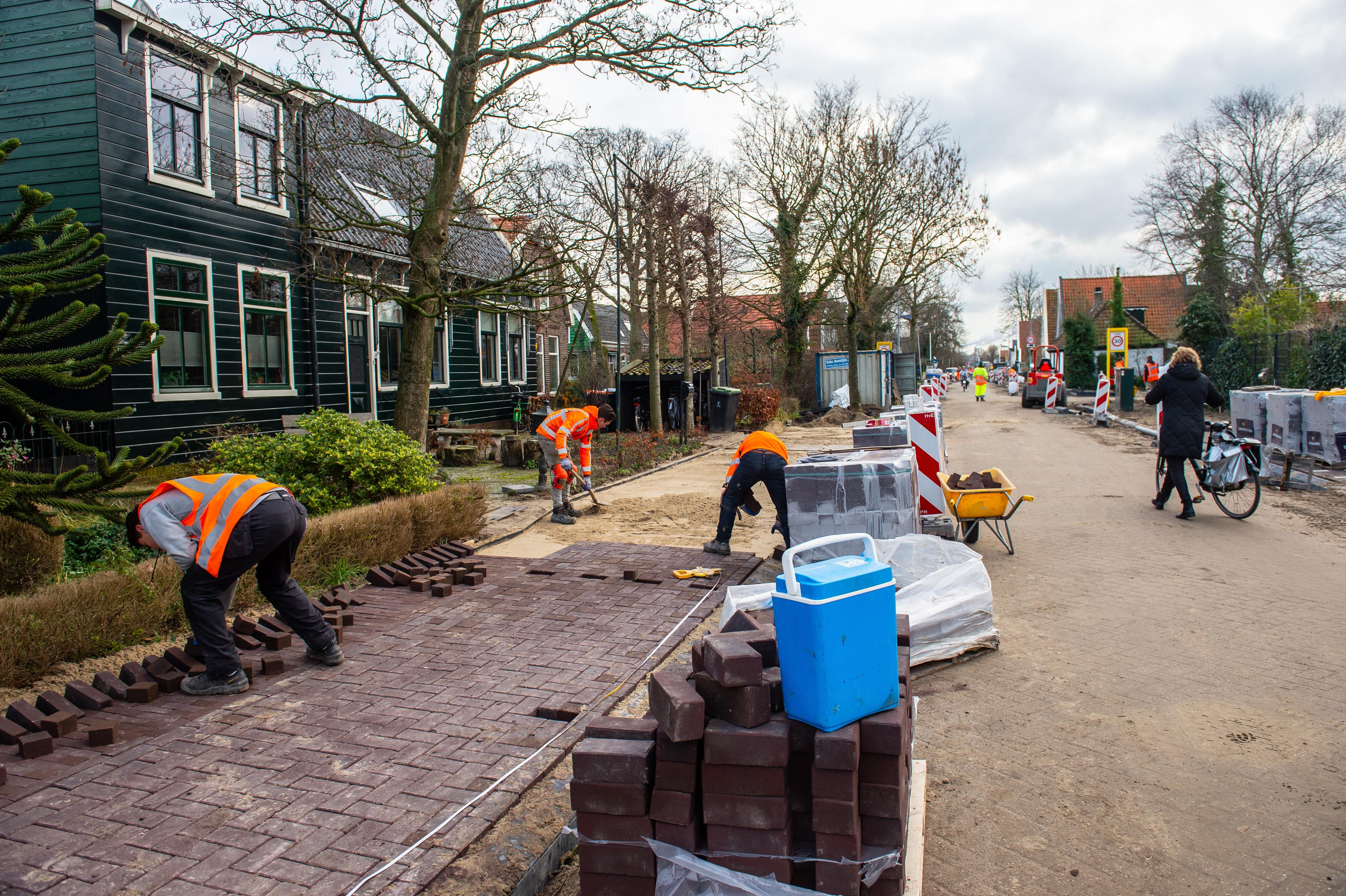 Eerste fase herbestrating Westzaan bijna klaar. Pauze van een half jaar voor woningbouw Zuideinde