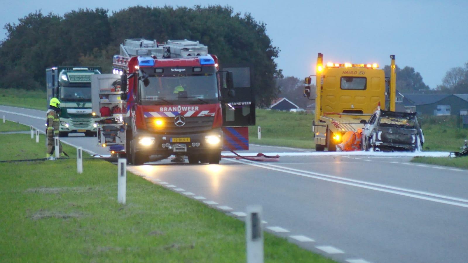 Auto brandt uit op N245 bij Dirkshorn; weg tijdelijk dicht in beide richtingen