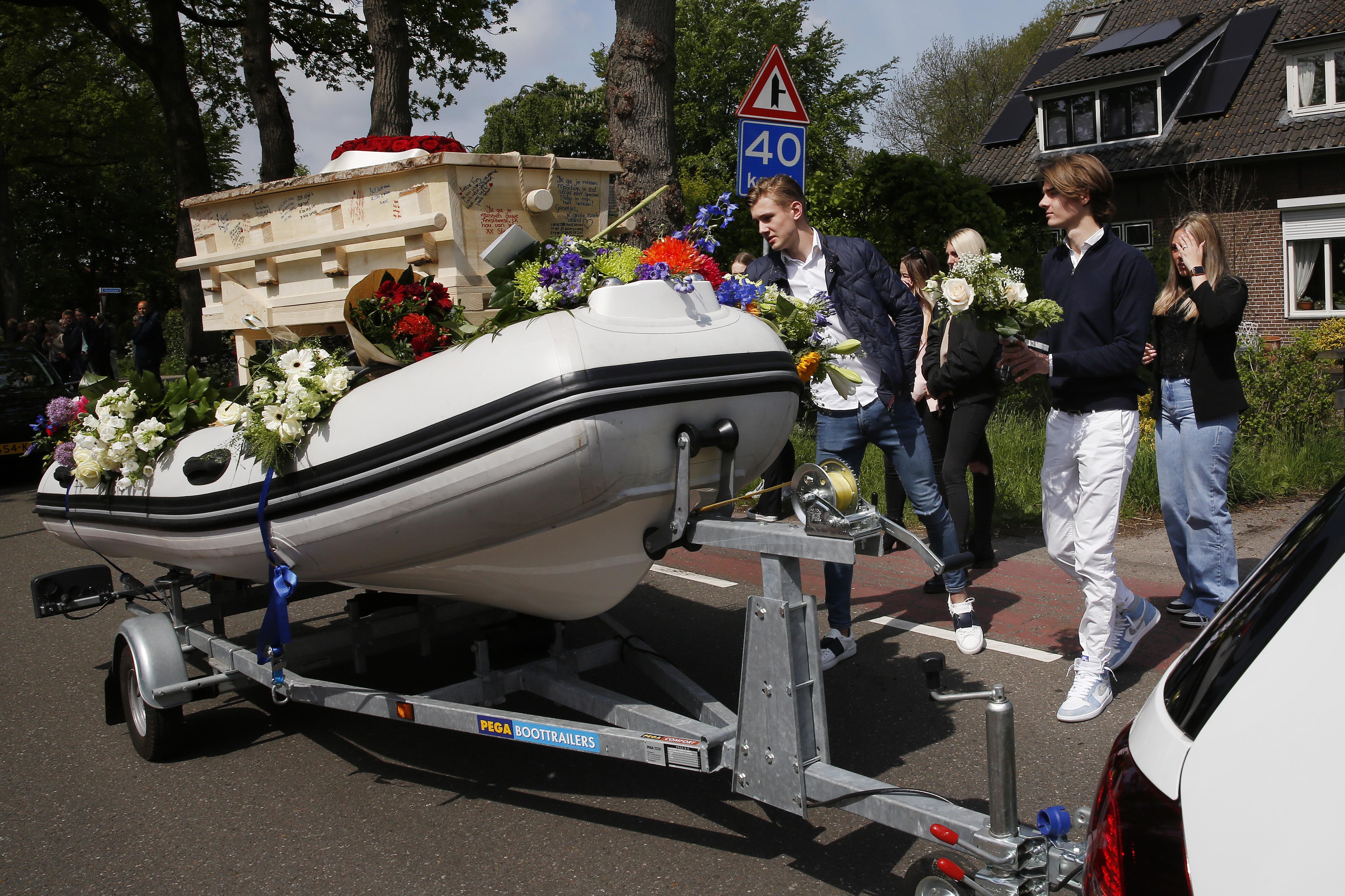 Maartensdijk huilt. Indrukwekkend afscheid van Tim (18) die samen met Sven (16) verongelukte op de scooter. In de kist op zijn eigen boot naar zijn laatste rustplaats. 'Tim was geweldig' [video]