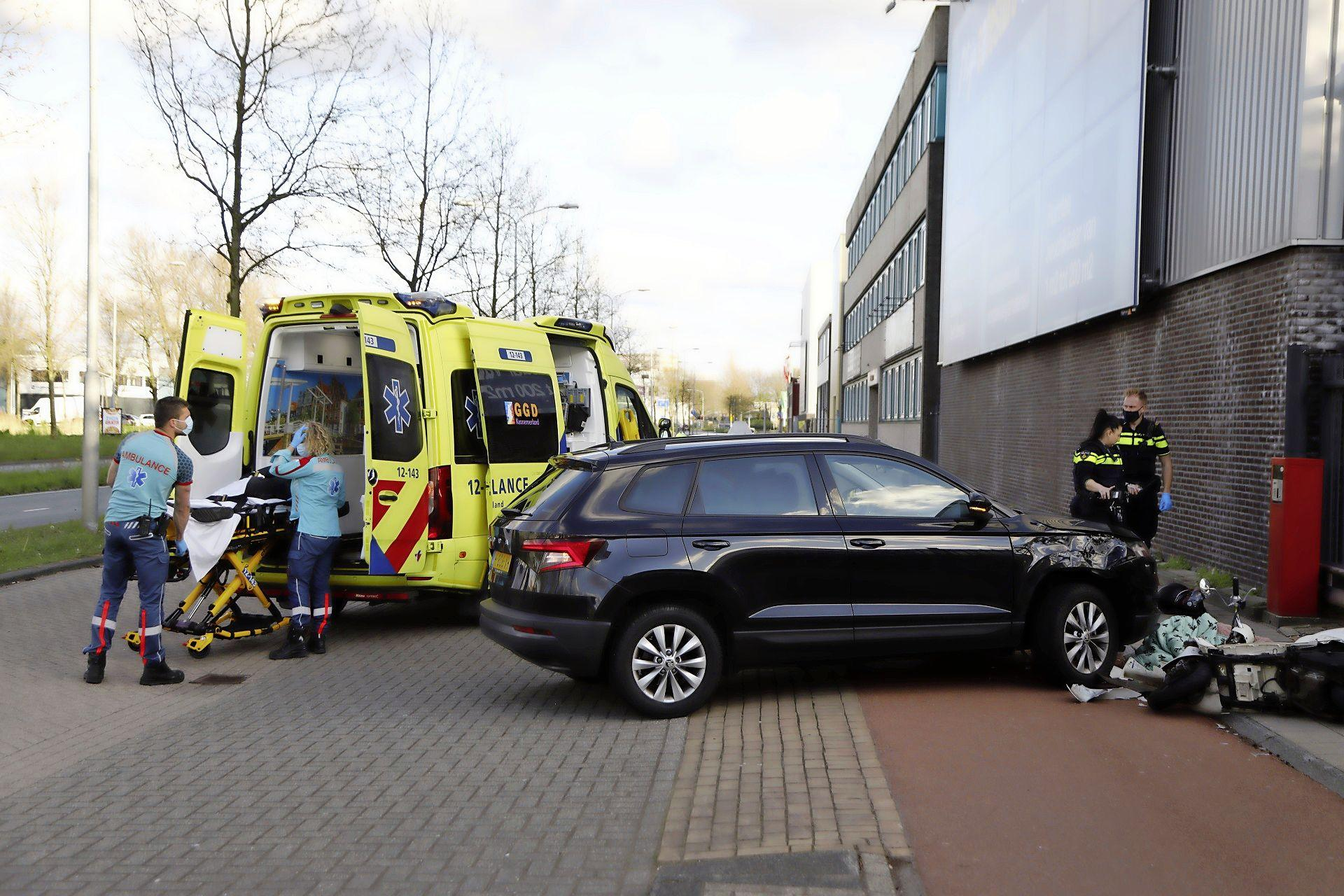 Scooterrijder gewond na aanrijding op de Waarderweg in Haarlem, één van de betrokkenen neemt na het ongeval de benen