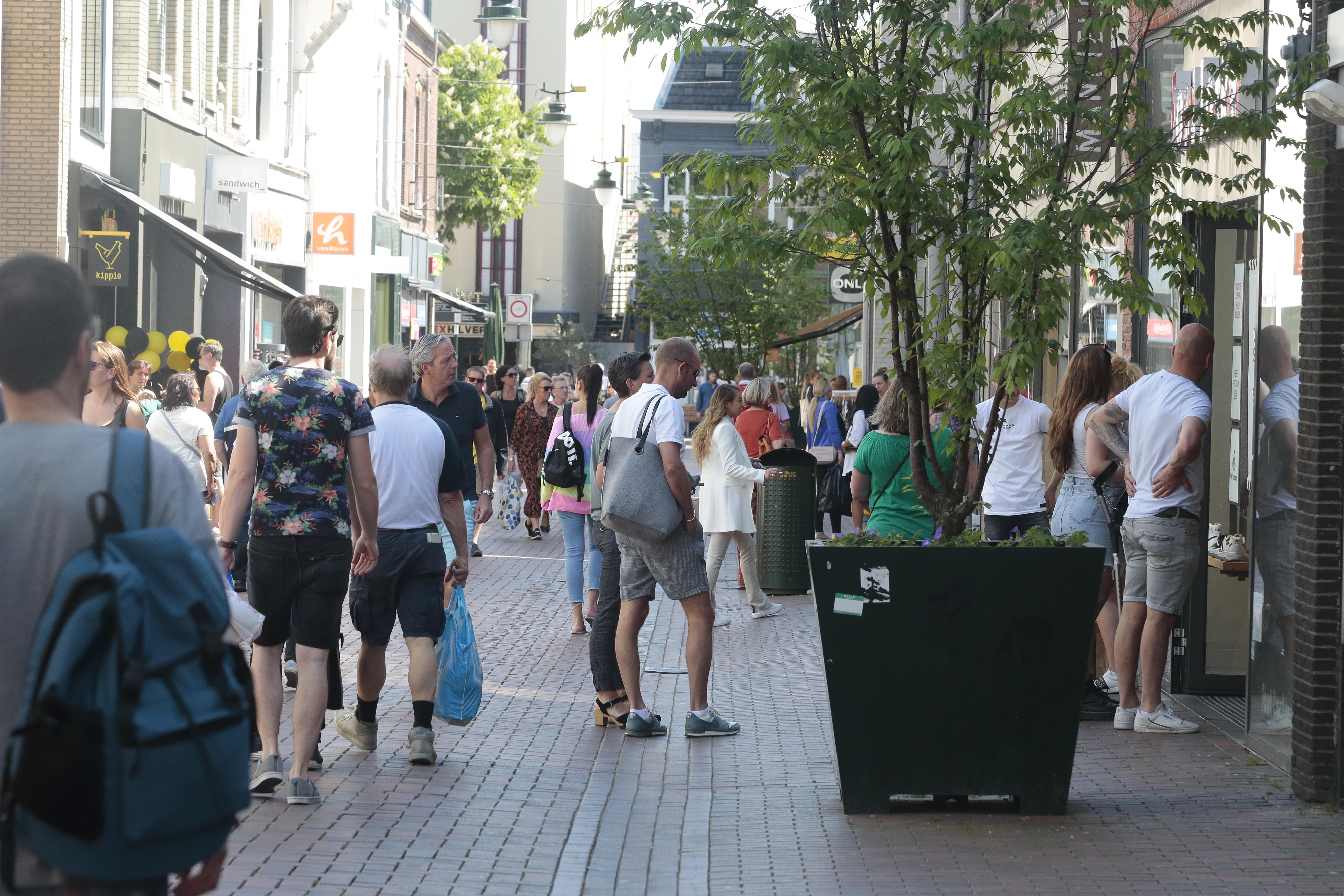 Chaos ligt op de loer in centrum van Hilversum nu winkels weer open zijn. Looproutes en afscheidingen om publiek op veilige afstand van elkaar te laten shoppen